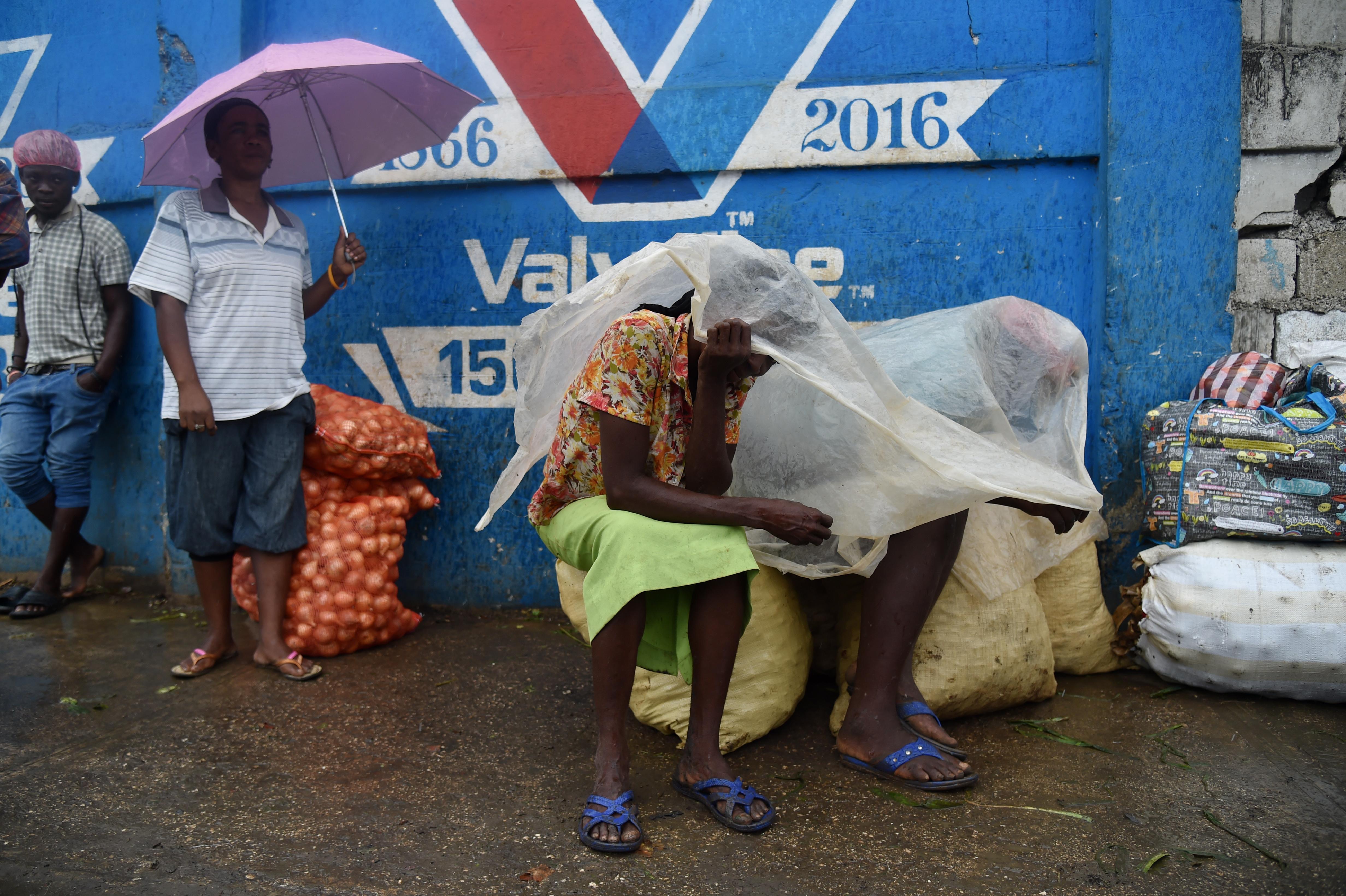 سكان هايتي يستعدون لإعصار ماثيو