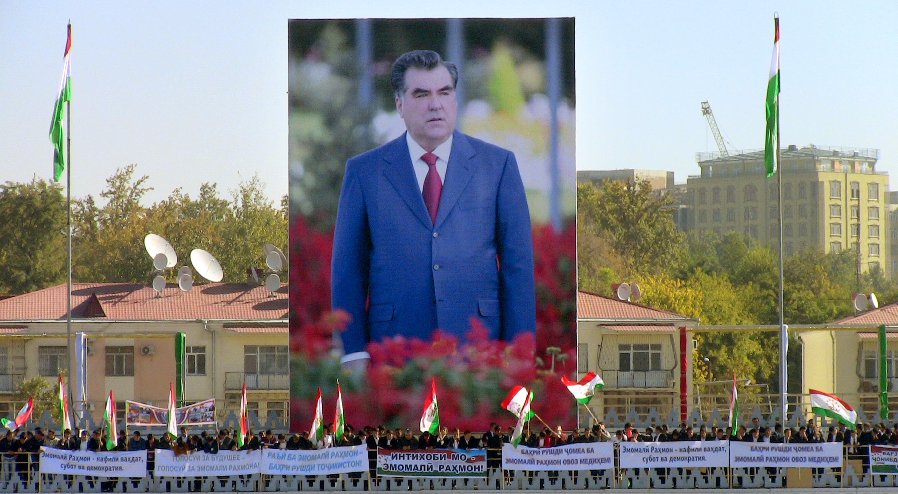مواطنون يلوحون بأعلام طاجيكستان