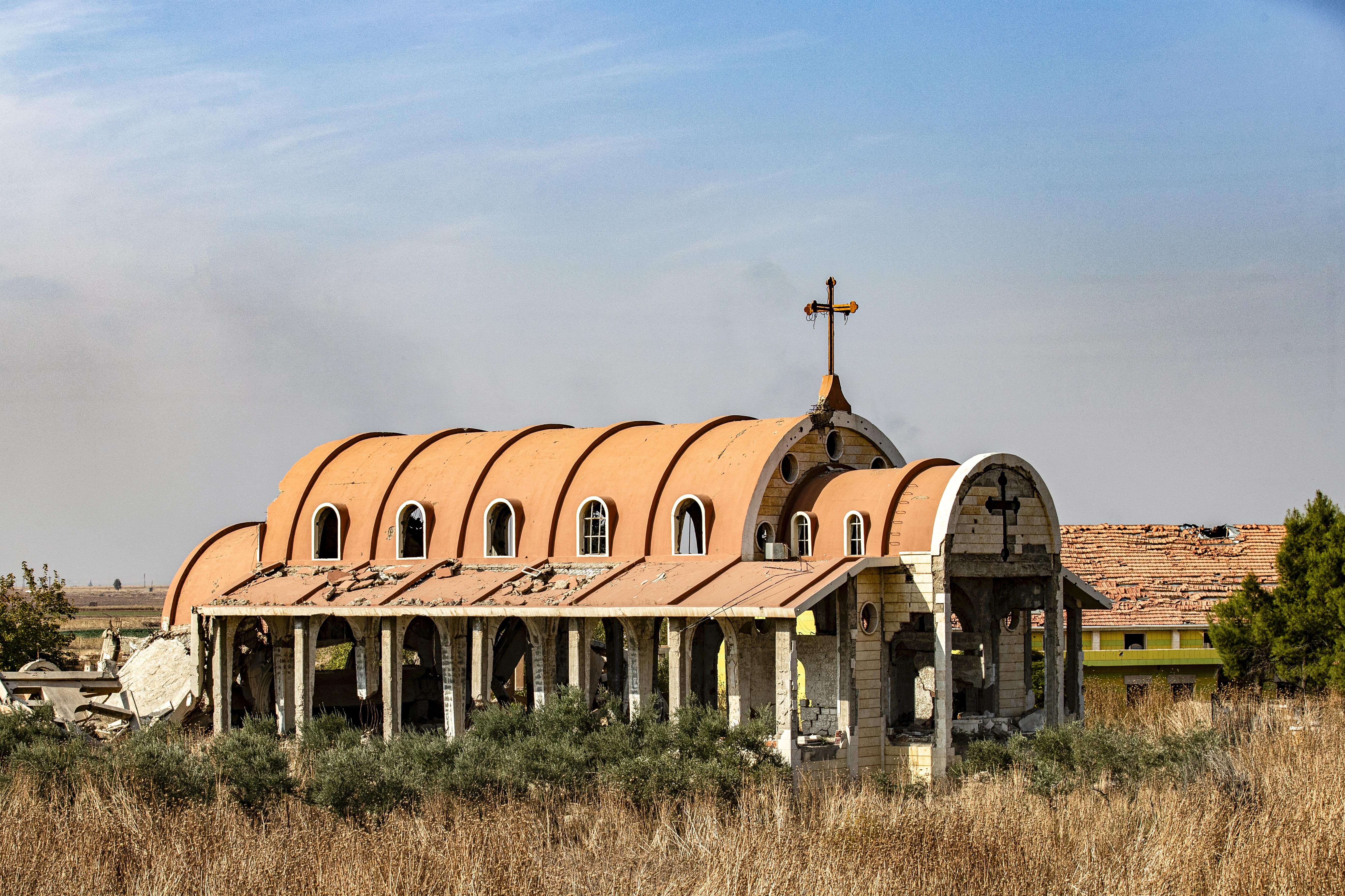 لم يصمد من الكنيسة في تل تمر إلا هيكلها الخارجي الحجري بعد أن دمرها تنظيم داعش 2015