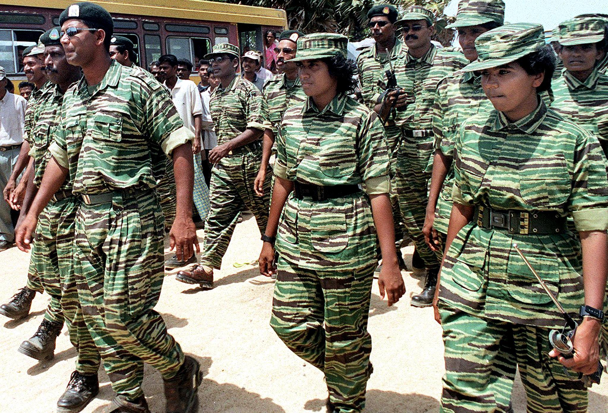 """جنود من حركة """"نمور التاميل"""" - 15 تموز/يوليو 2002"""