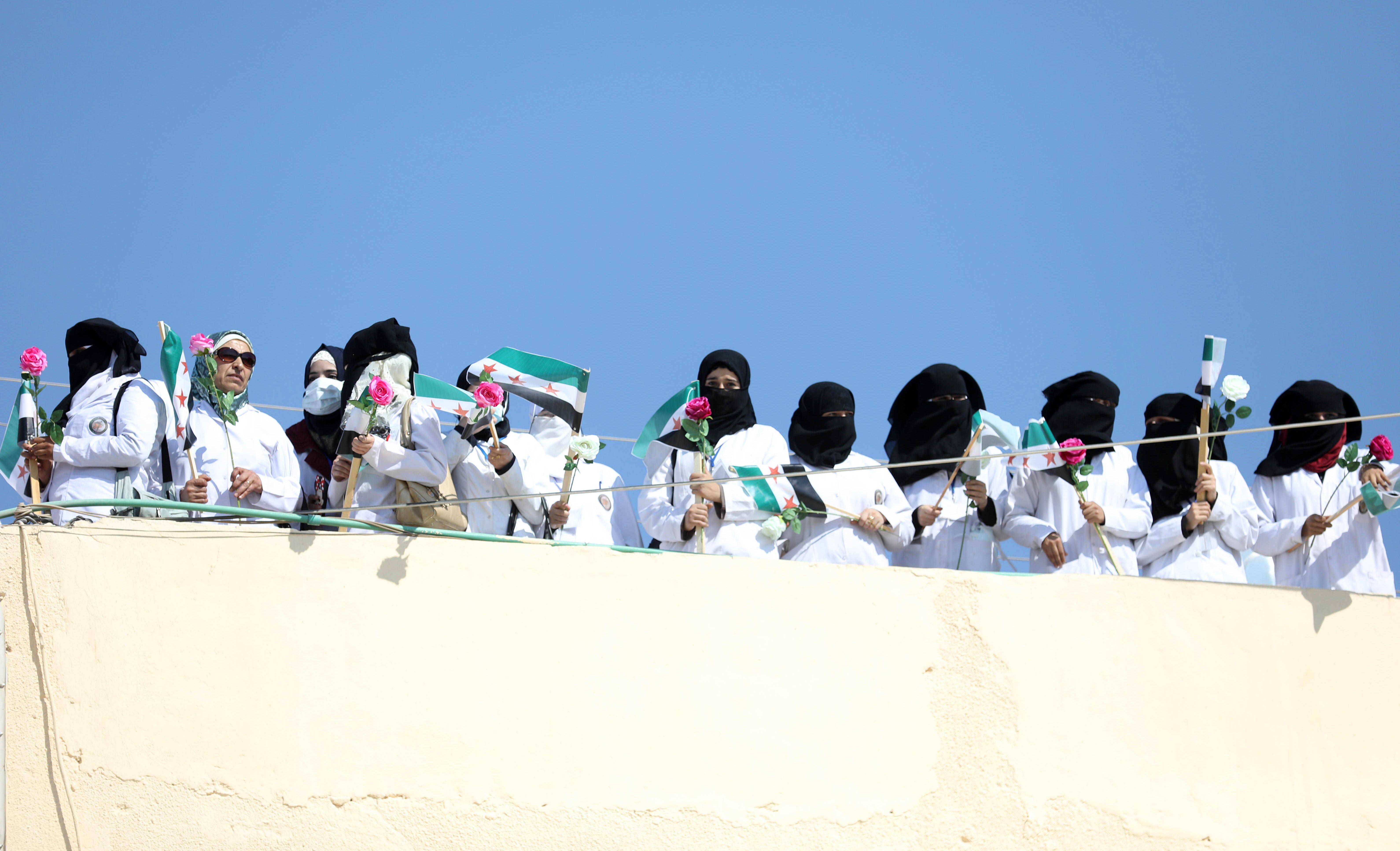 ممرضات يحملن الورود في تظاهرات خرجت في إدلب