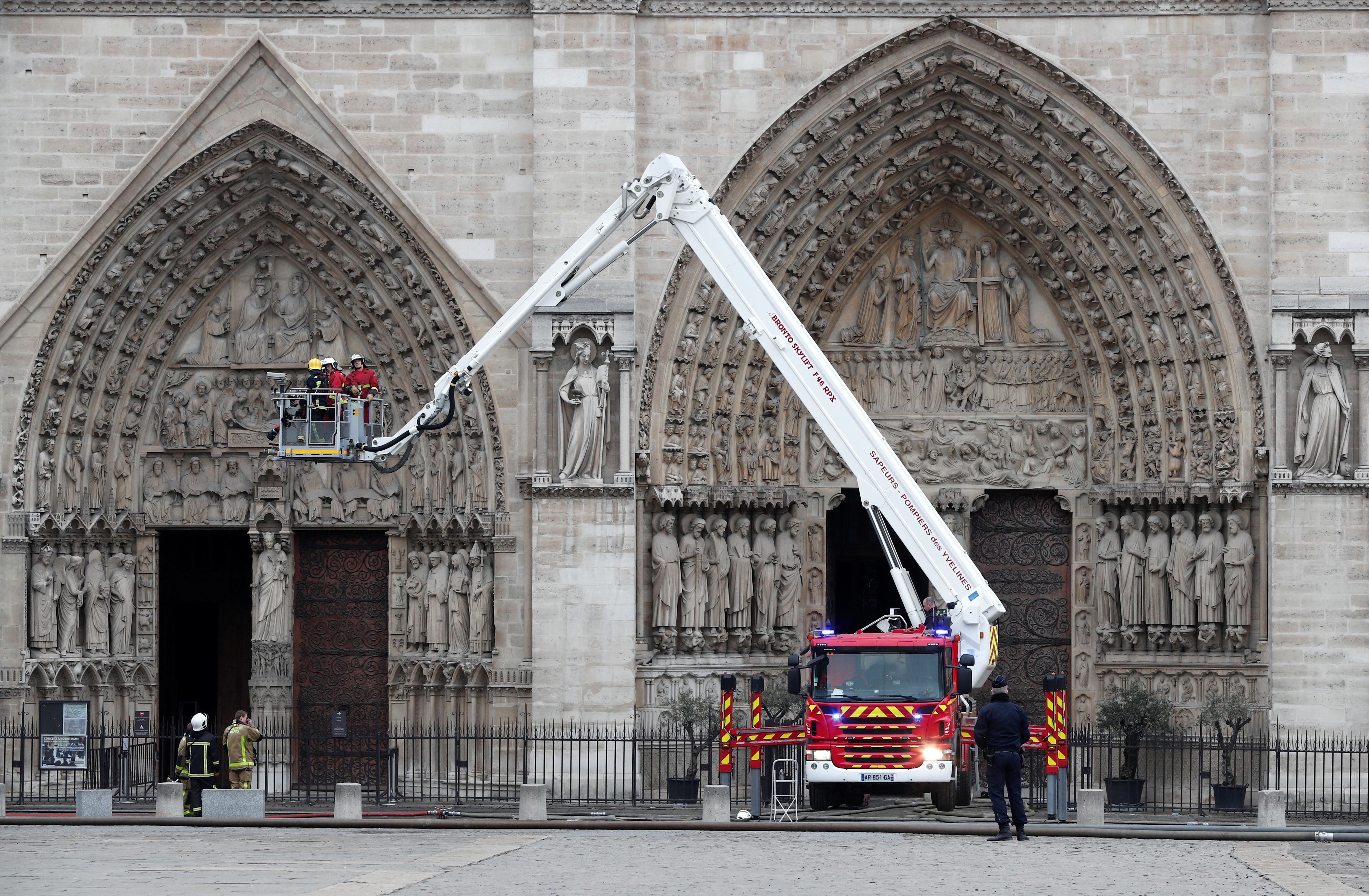 سيارة إطفاء أمام كاتدرائية نوتردام في باريس