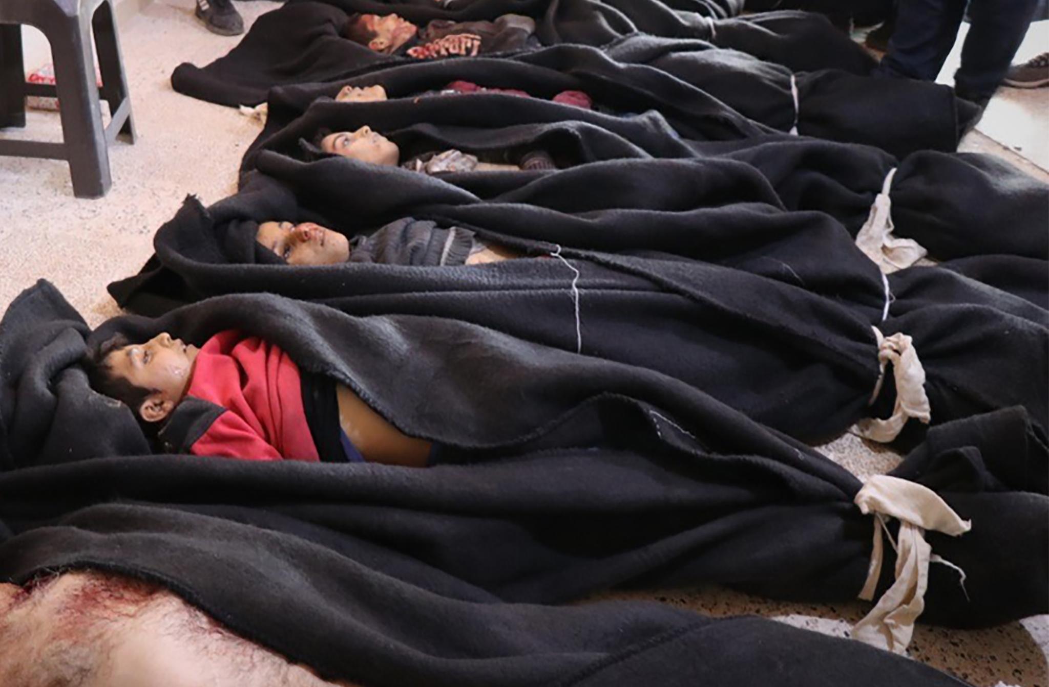 ضحايا المجزرة التركية من الأطفال في مدخل مستشفى بمدينة تل رفعت