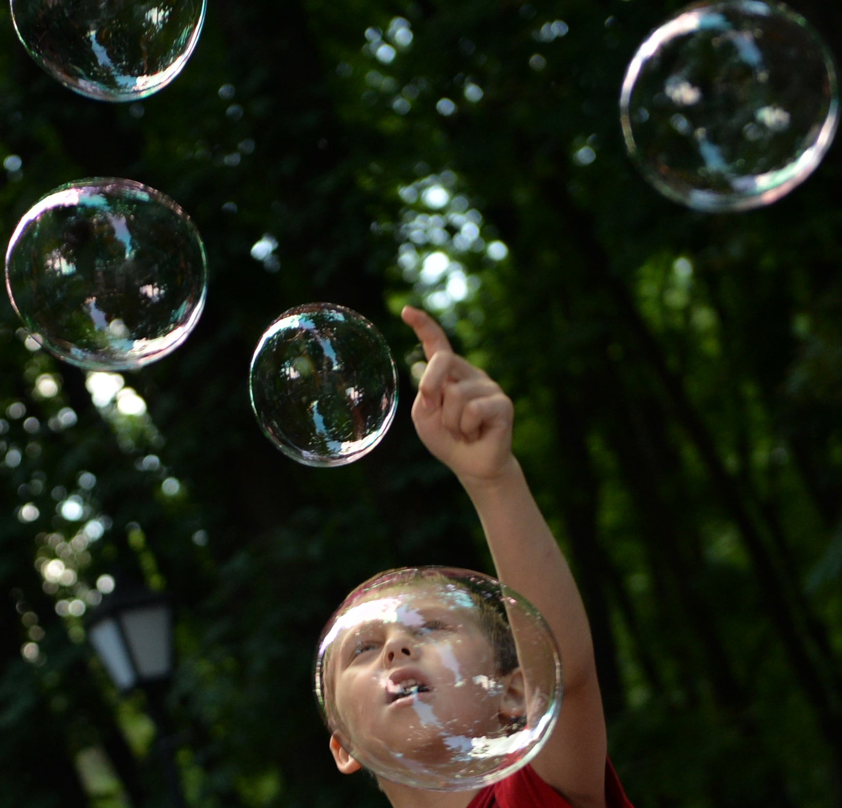 طفل يلهو خلال فعالية خيرية لصالح أطفال التوحد-أكرانيا
