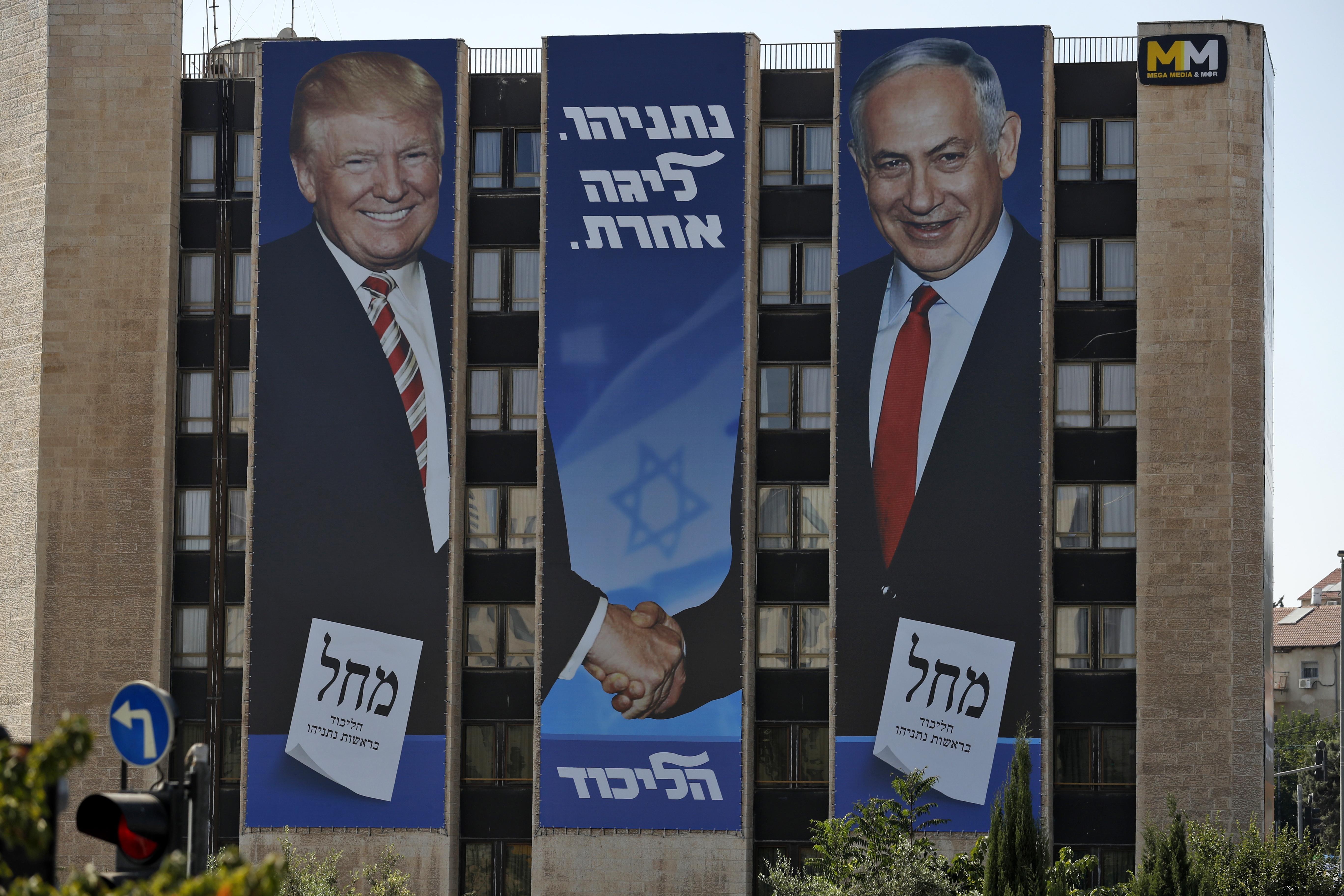 الرئيس الأميركي دونالد ترامب ورئيس الوزراء بنيامين نتانياهو على ملصقات للانتخابات الإسرائيلية