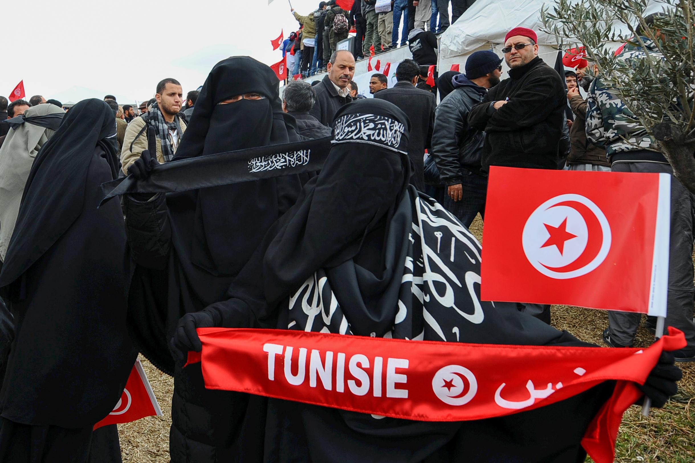 """سلفيات تونسيات يعتصمن اعتراضا على قرار رئيس الوزراء التونسي بمنع النساء من ارتداء النقاب في المكاتب الرسمية """"لأسباب أمنية"""""""
