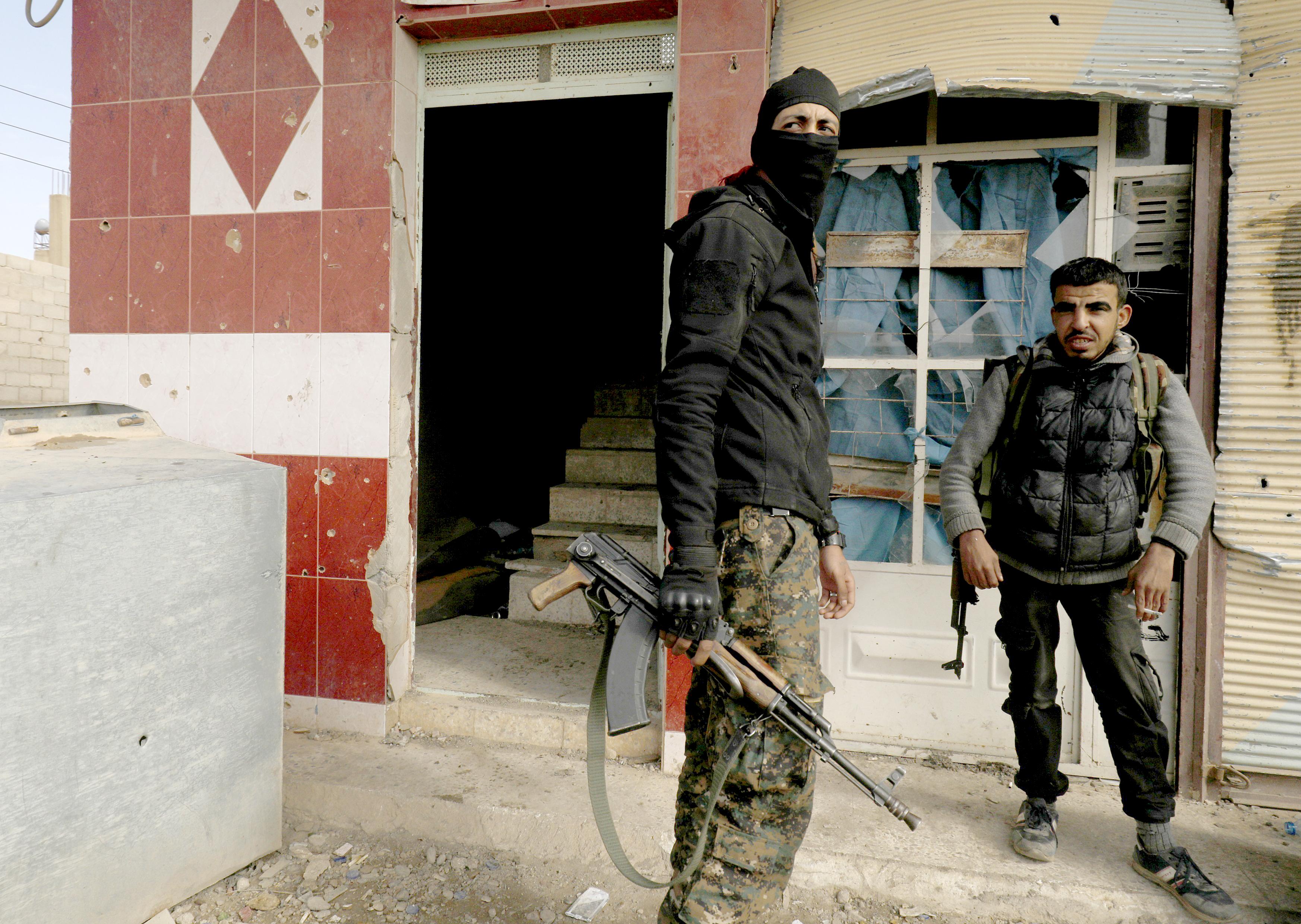 جنود يراقبون الوضع خلال معركة لطرد داعش من بلدة الباغوز