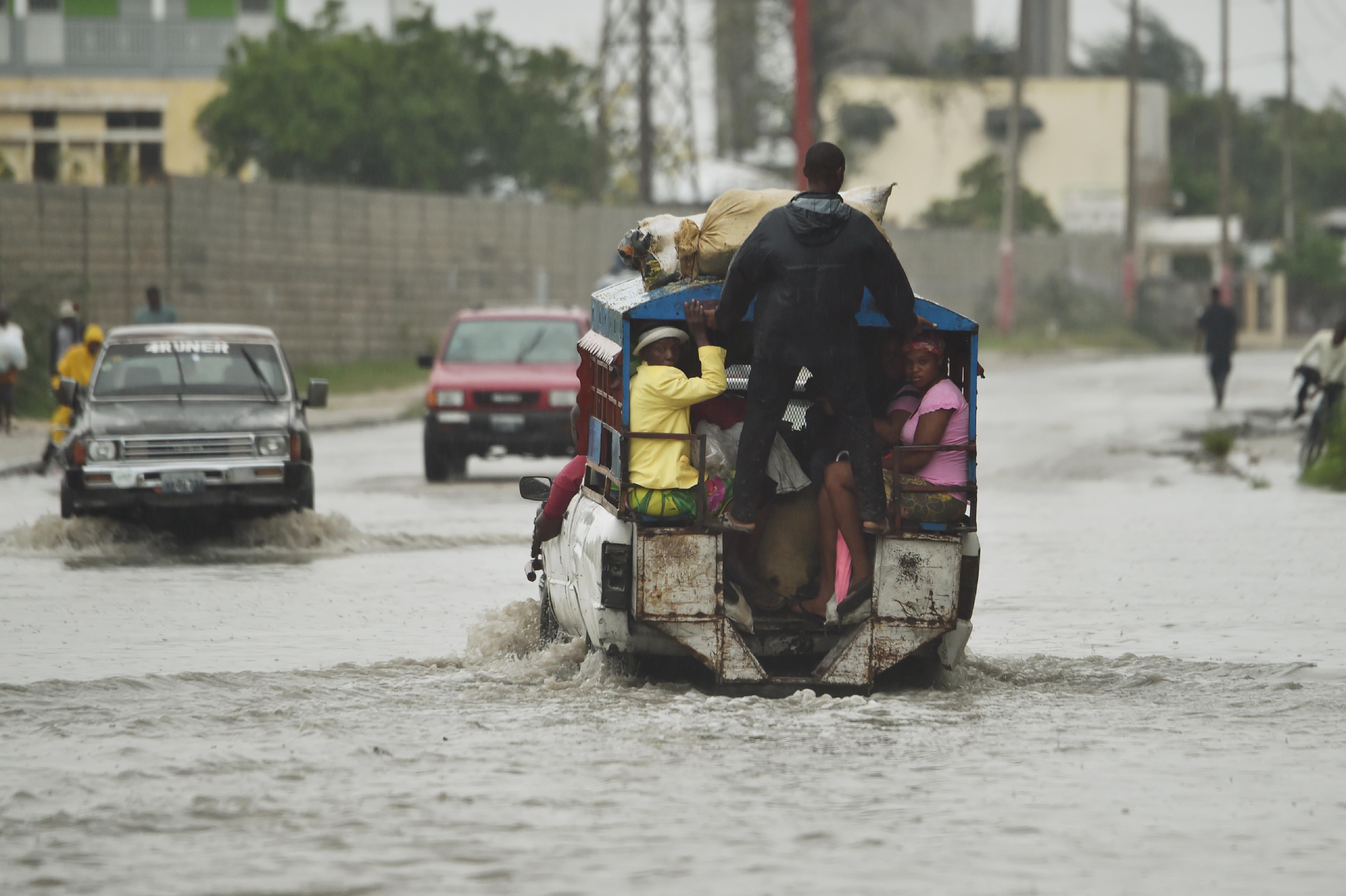 سكان هايتي يحضرون لإعصار ماثيو