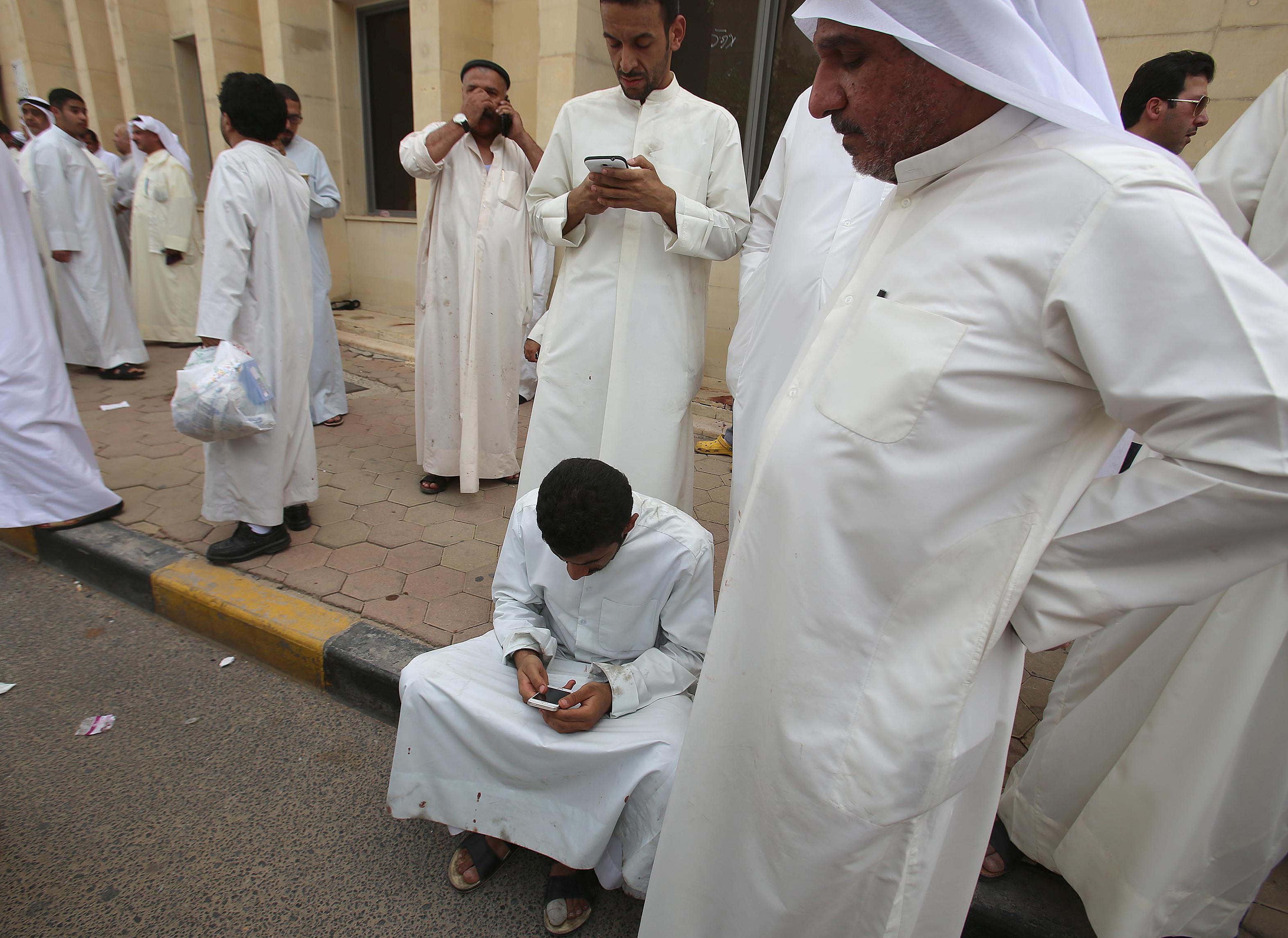 مواطنون كويتيون يجرون إتصالات للإطمئنان على بعضهم بعد حادث تفجير مسجد الصادق بالكويت