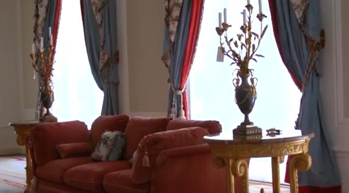 في إحدى غرف قصر دونالد ترامب في نيويورك والصورة مأخوذة من فيديو لفوربس