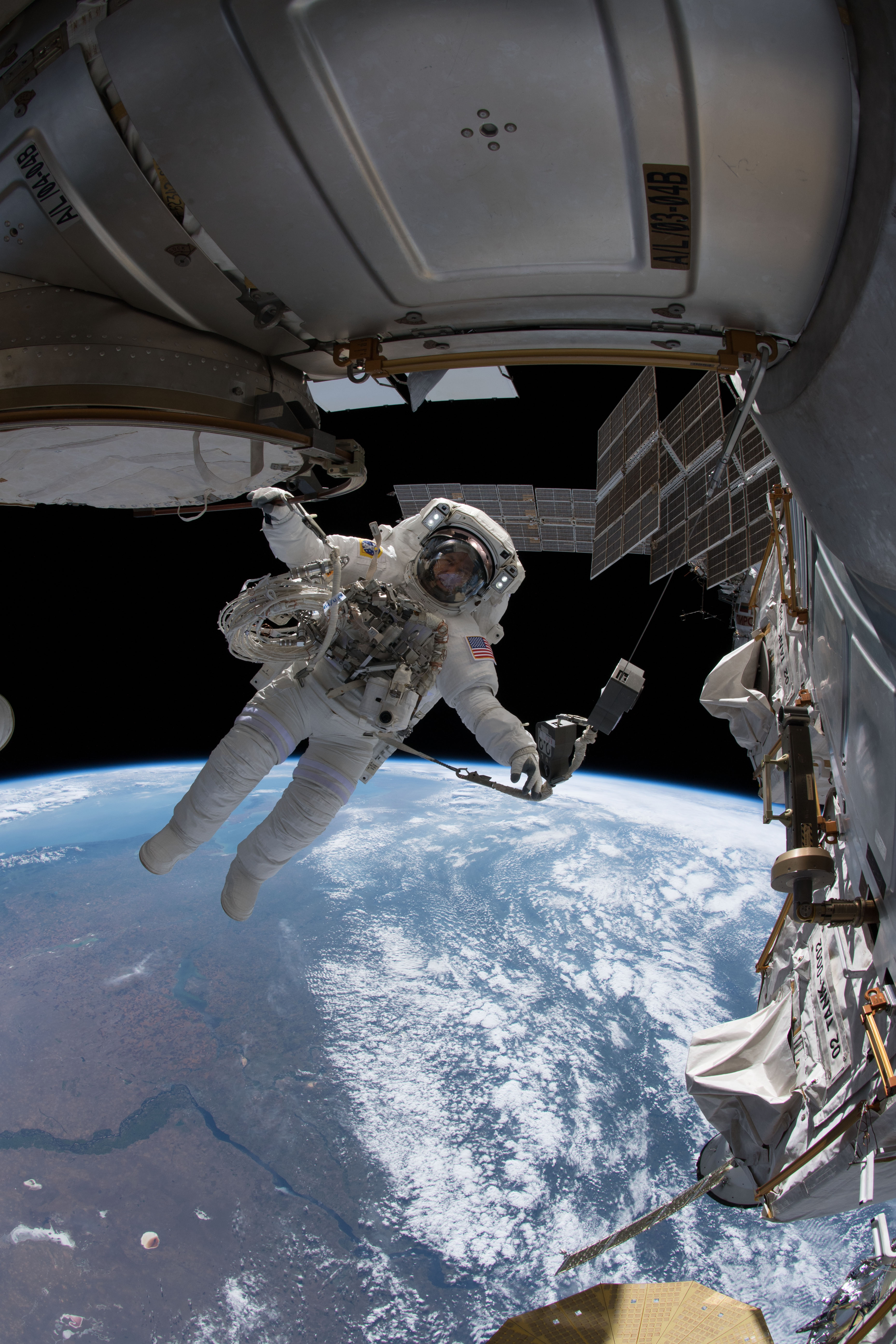 رائد الفضاء درو فيوستيل وخلفه كوكب الأرض