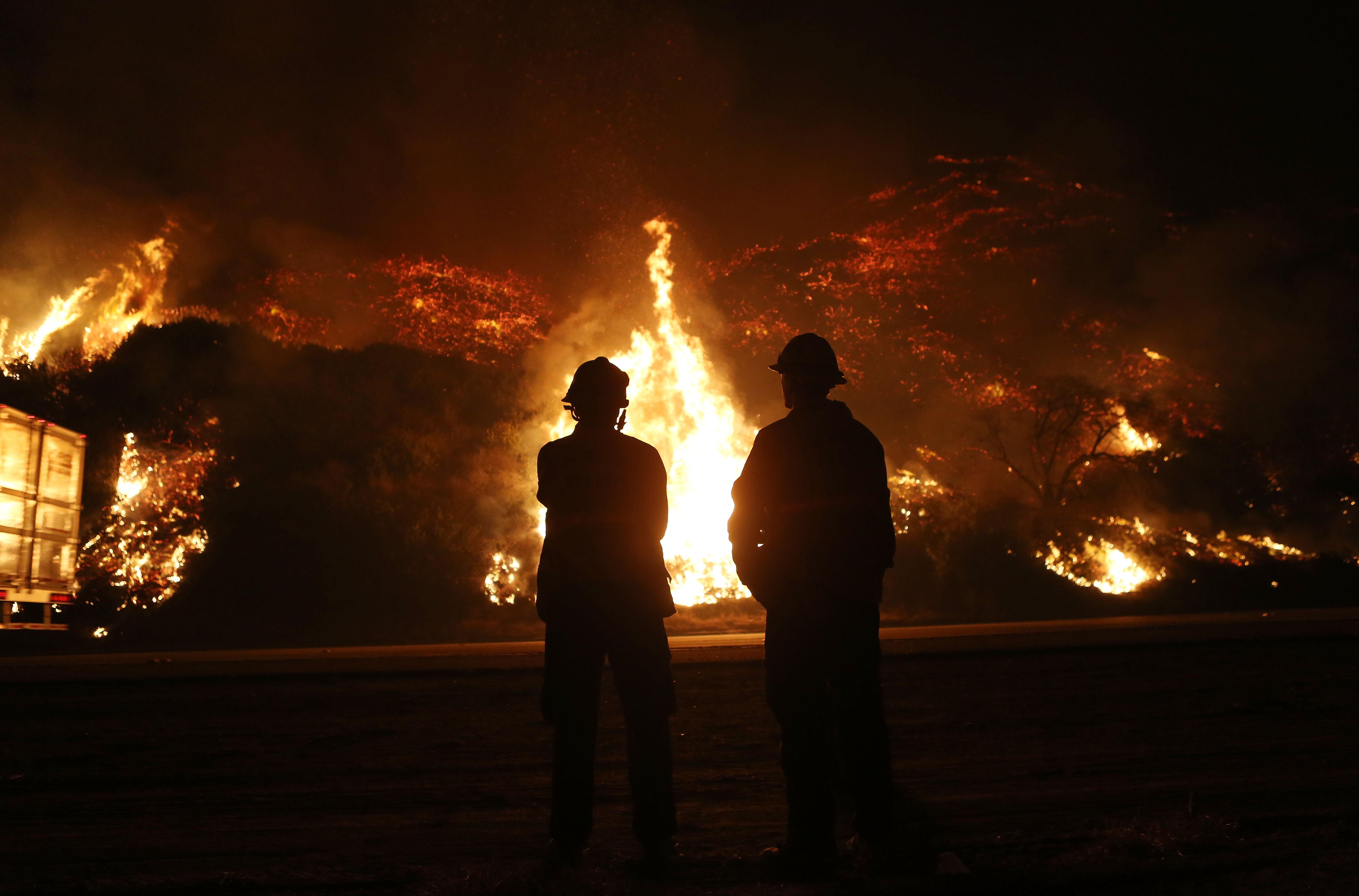 رجال الإطفاء يراقبون قطاعا من حريق توماس شمال مدينة فينتورا بولاية كاليفورنيا