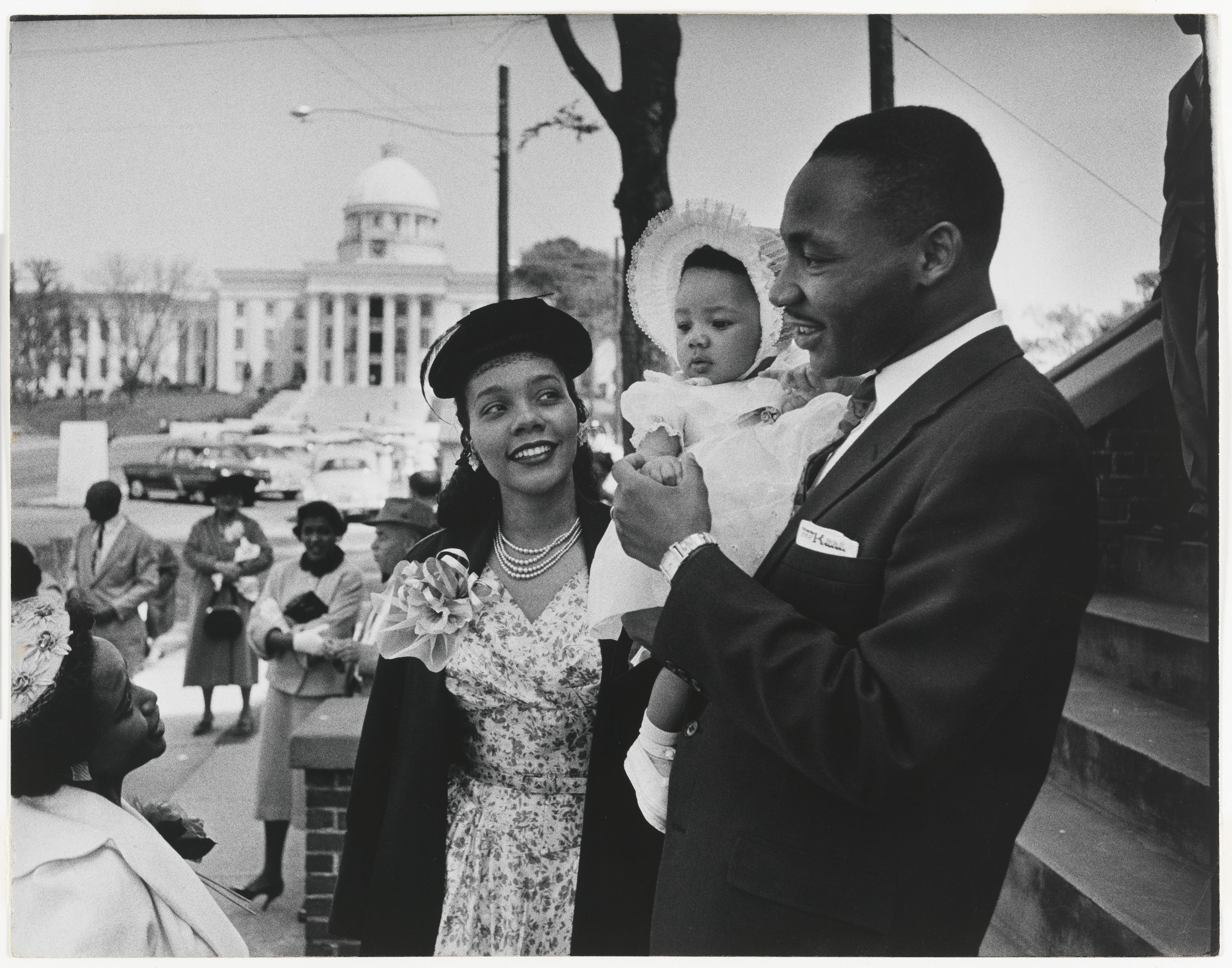 مع زوجته كوريتا سكوت كينغ وابنتهما يولاندا عام 1956-الصورة بعدسة دان وينر ومملوكة من المتحف الوطني للصور