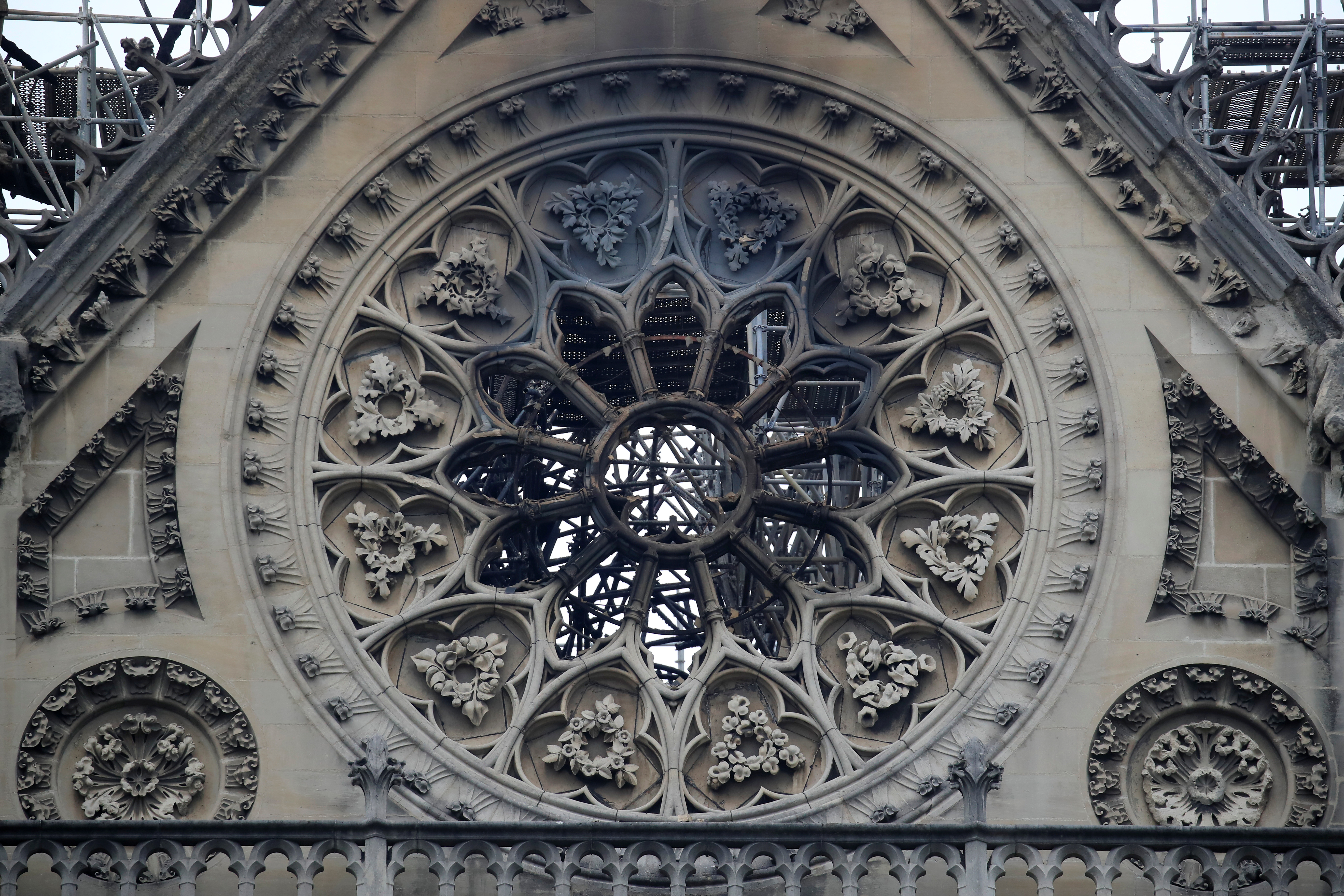 آثار الدمار التي لحقت بكاتدرائية نوتردام عقب إطفاء الحريق - 16 نيسان/أبريل 2019