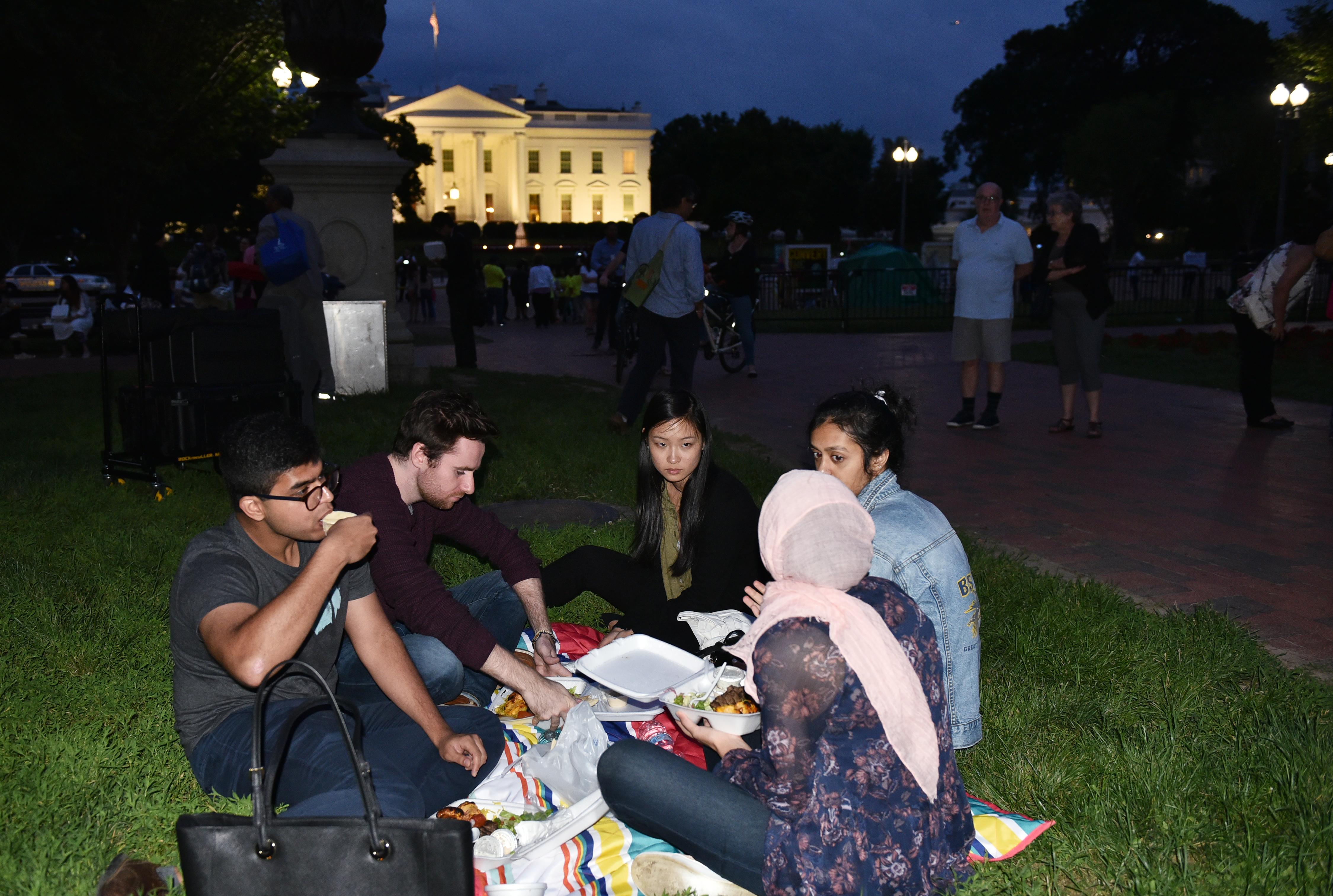 صائمون يتناولون إفطار رمضان في ميدان عام بواشنطن