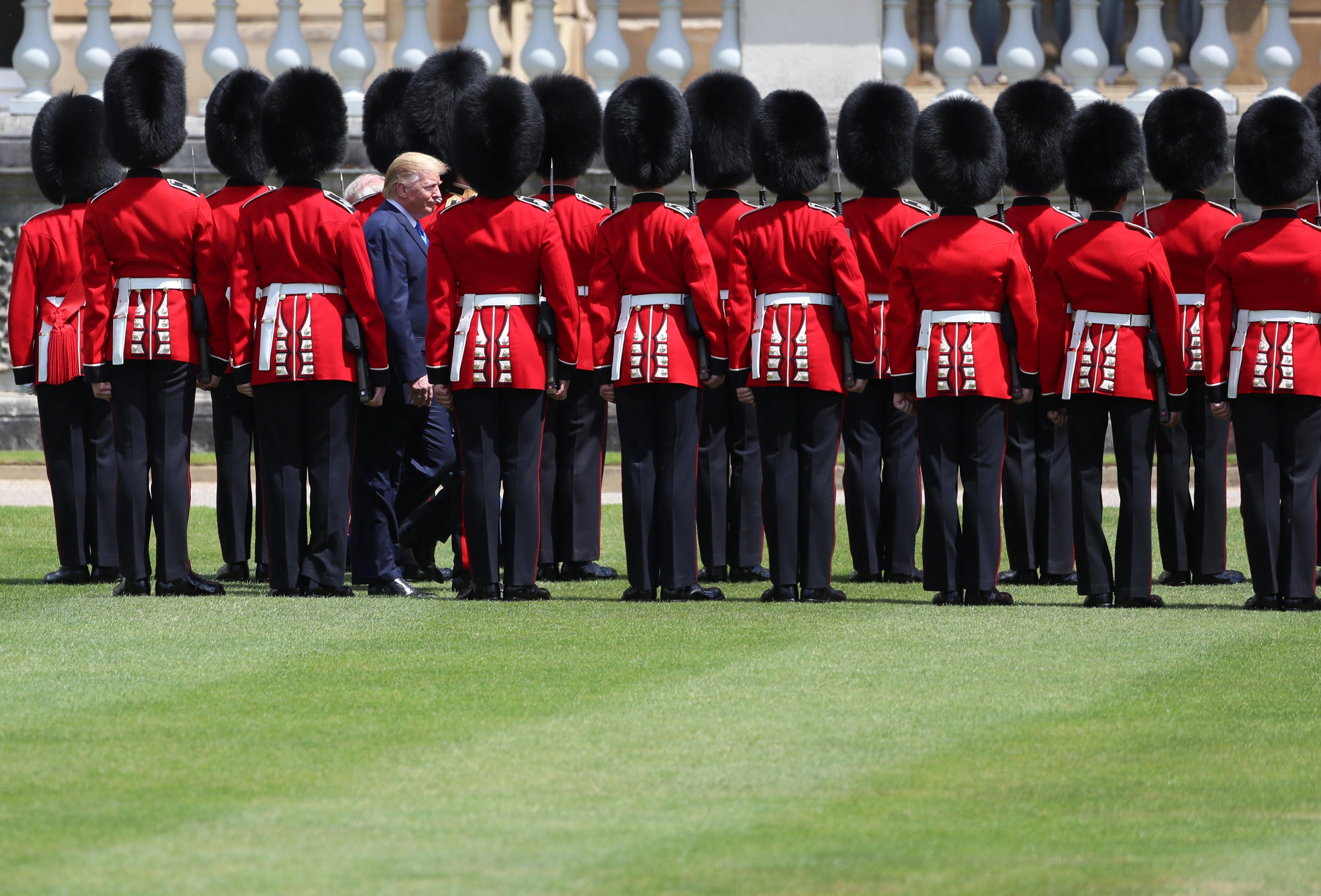 الرئيس دونالد ترامب أثناء مروره بحرس الشرف