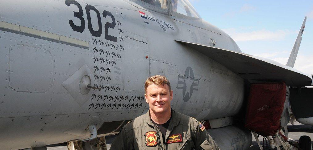 """صورة لتريميل بجوار طائرته من طراز أف 18 - الصورة مأخوذة من موقع منظمة """"سيف ذا رويال نيفي"""""""