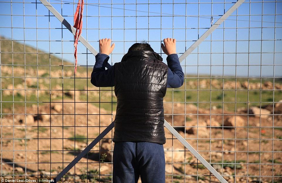 آدم في أحد مخيمات اللاجئين شمال العراق- صورة من موقع ديلي ميل