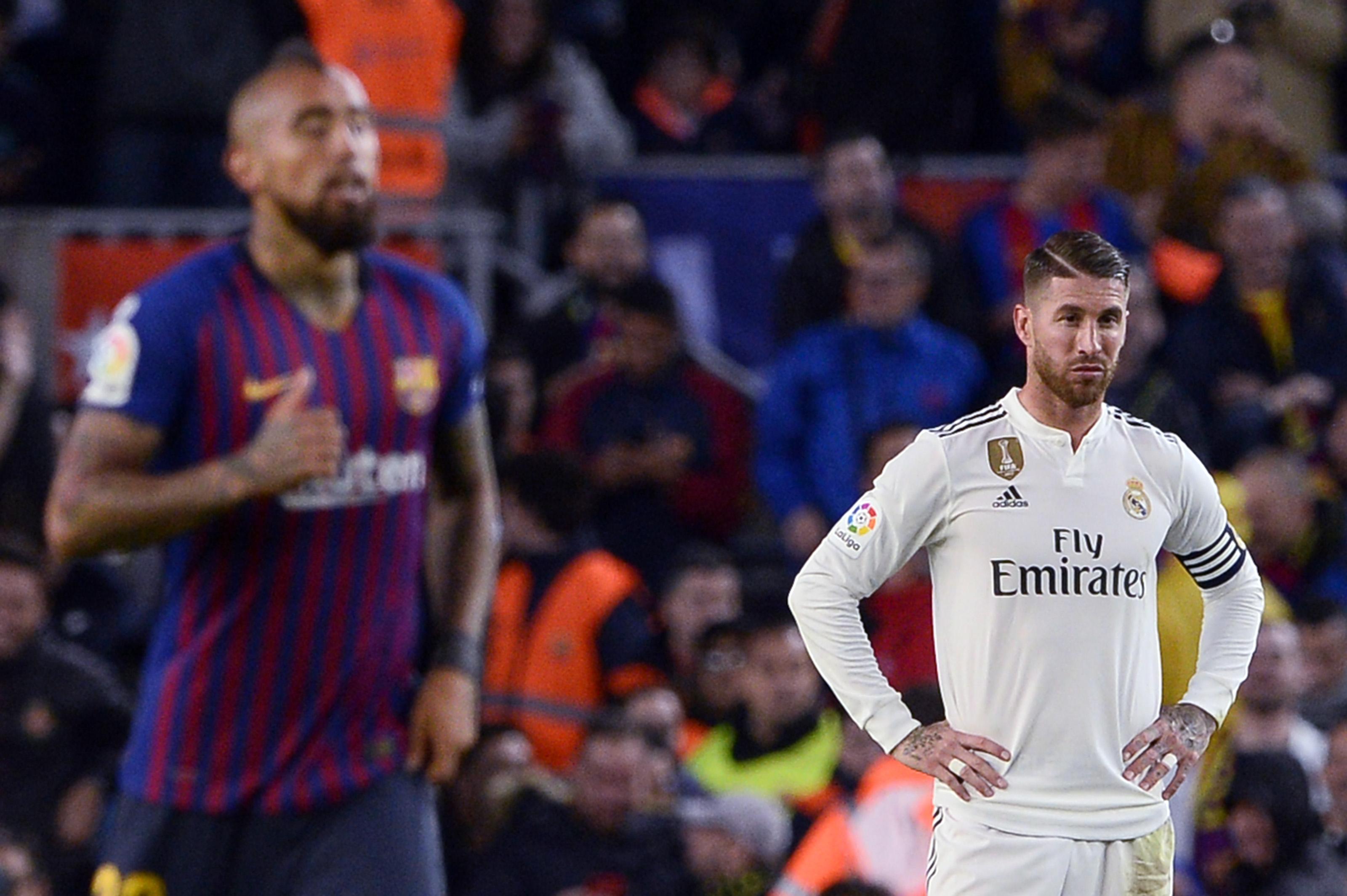 رد فعل قائد ريال مدريد سيرجيو راموس على الهدف الخامس للاعب برشلونة البديل أروتور فيدال في آخر مباراة بينهما