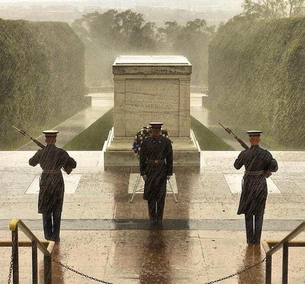 حنود من المشاة الأميركية يقفون أمام قبر الجندي المجهول في أرلينغتون