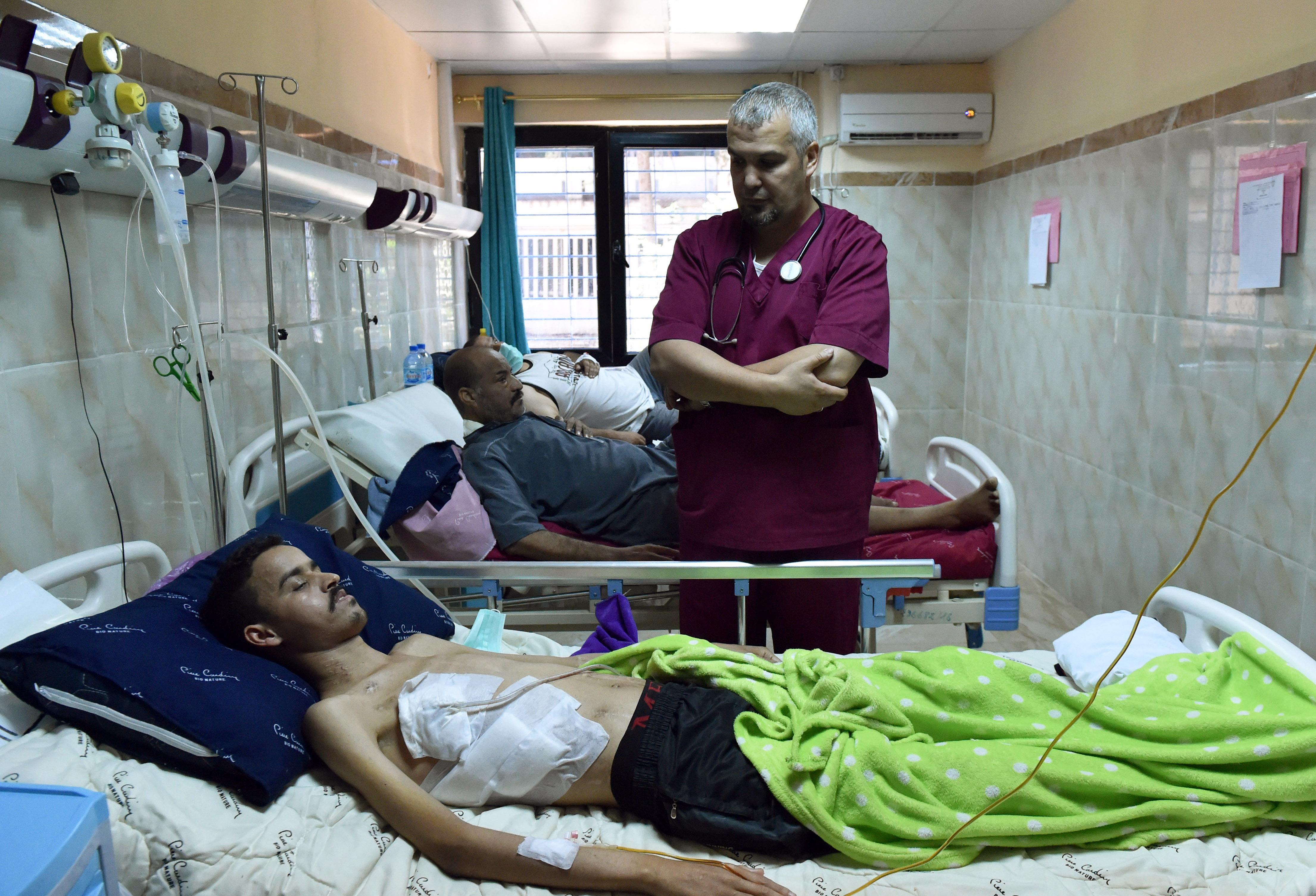 الطبيب الجزائري أحمد بوقرورة يعاين مرضاه في المستشفى الجامعي في باتنة
