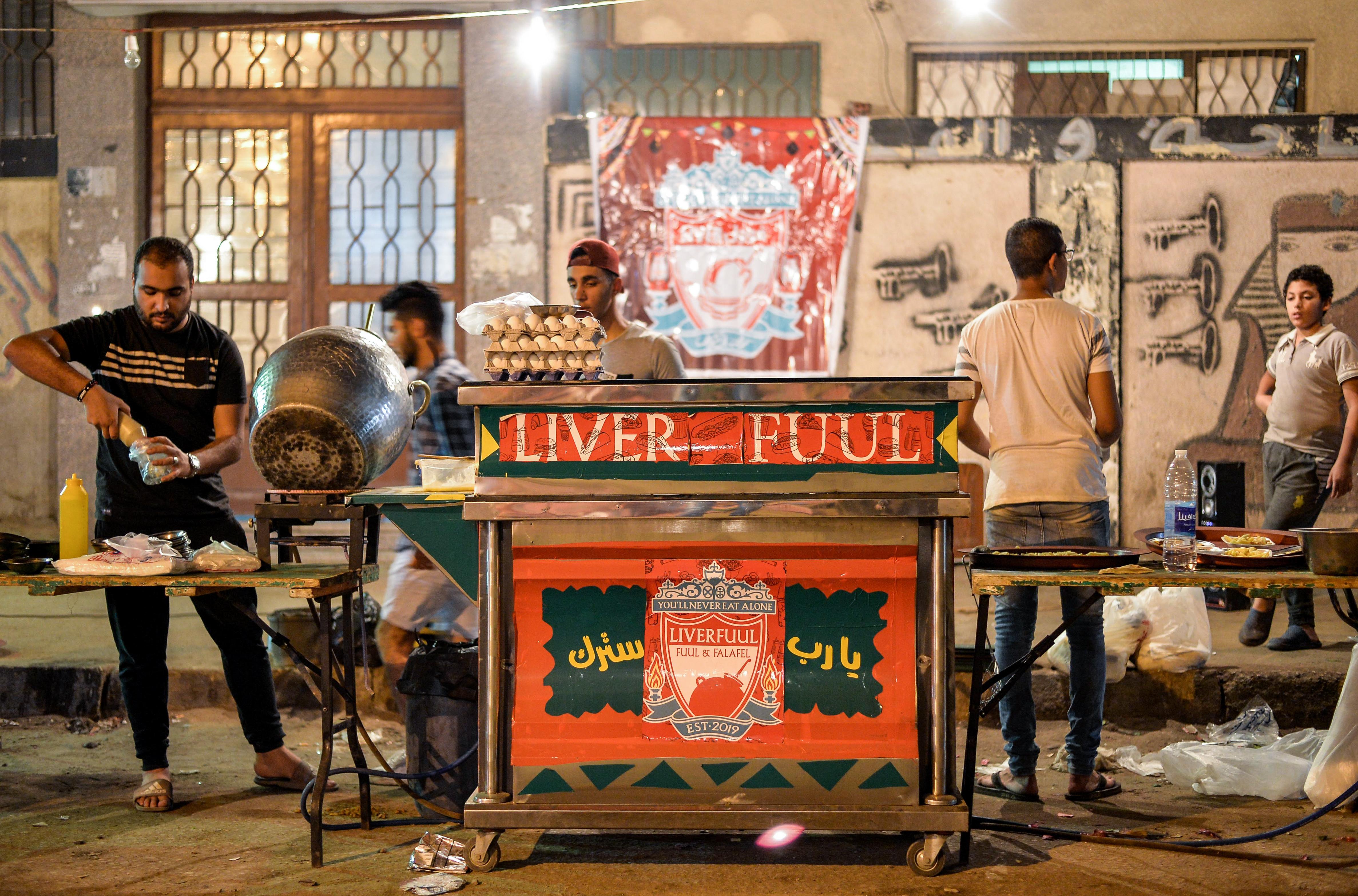 عربة ليفرفول لبيع الطعام في منطقة عين شمس بالقاهرة