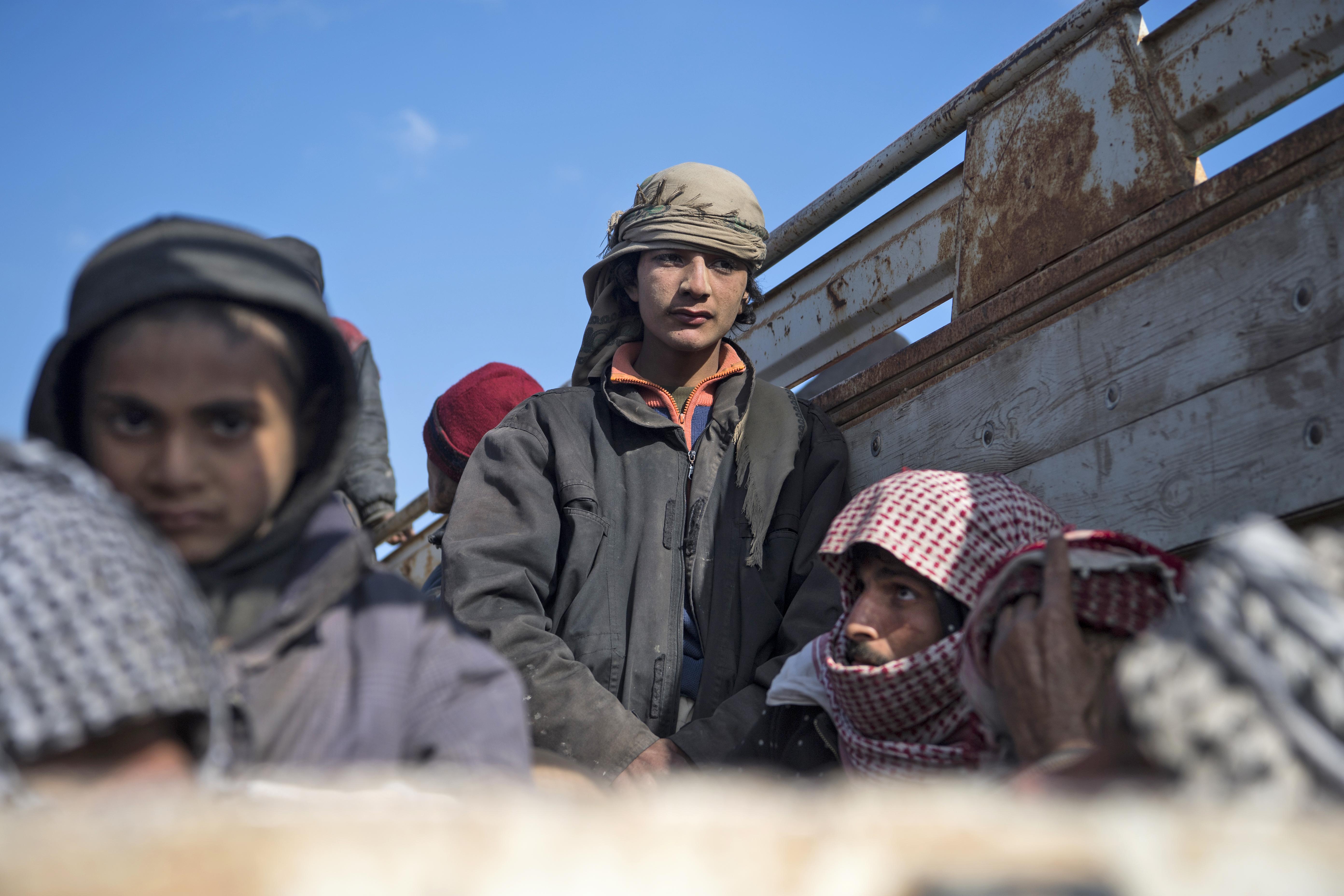 مدنيون يحاولون الفرار من الباغوز آخر معاقل داعش في سوريا