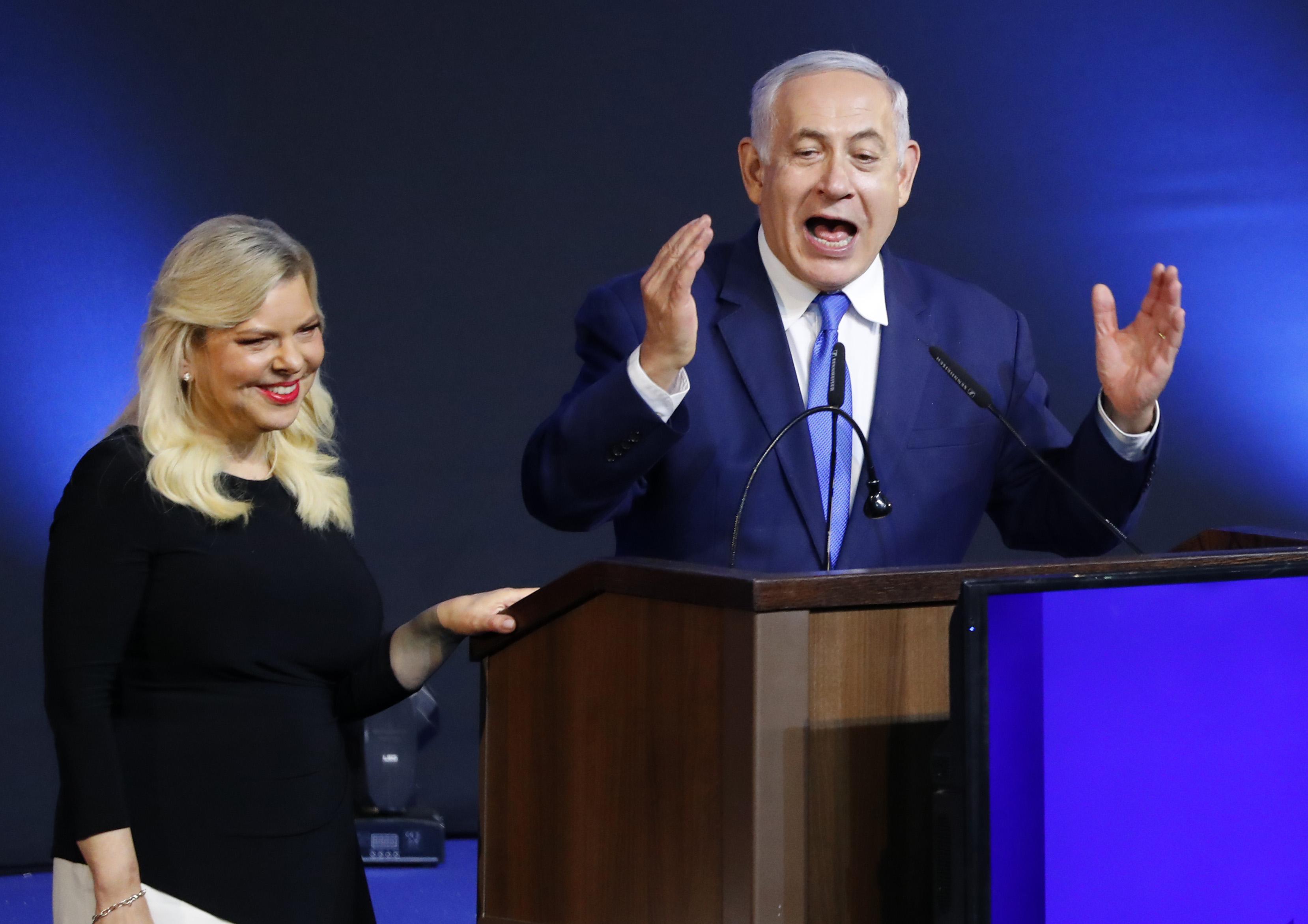 بنيامين نتانياهو مع زوجته سارة أثناء الاحتفال بالفوز في الانتخابات
