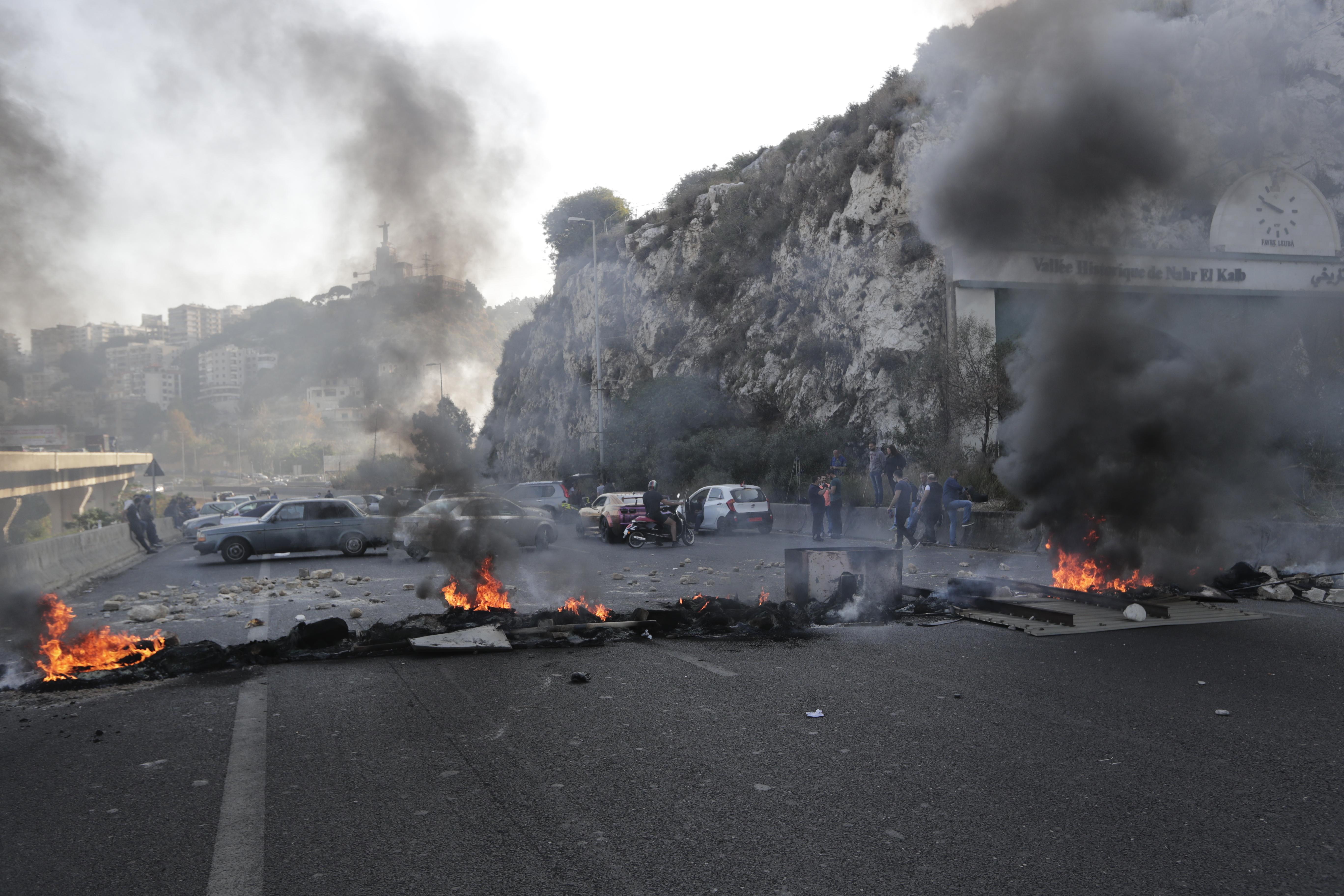 متظاهرون يغلقون طريقا يربط بين بيروت وجونيه