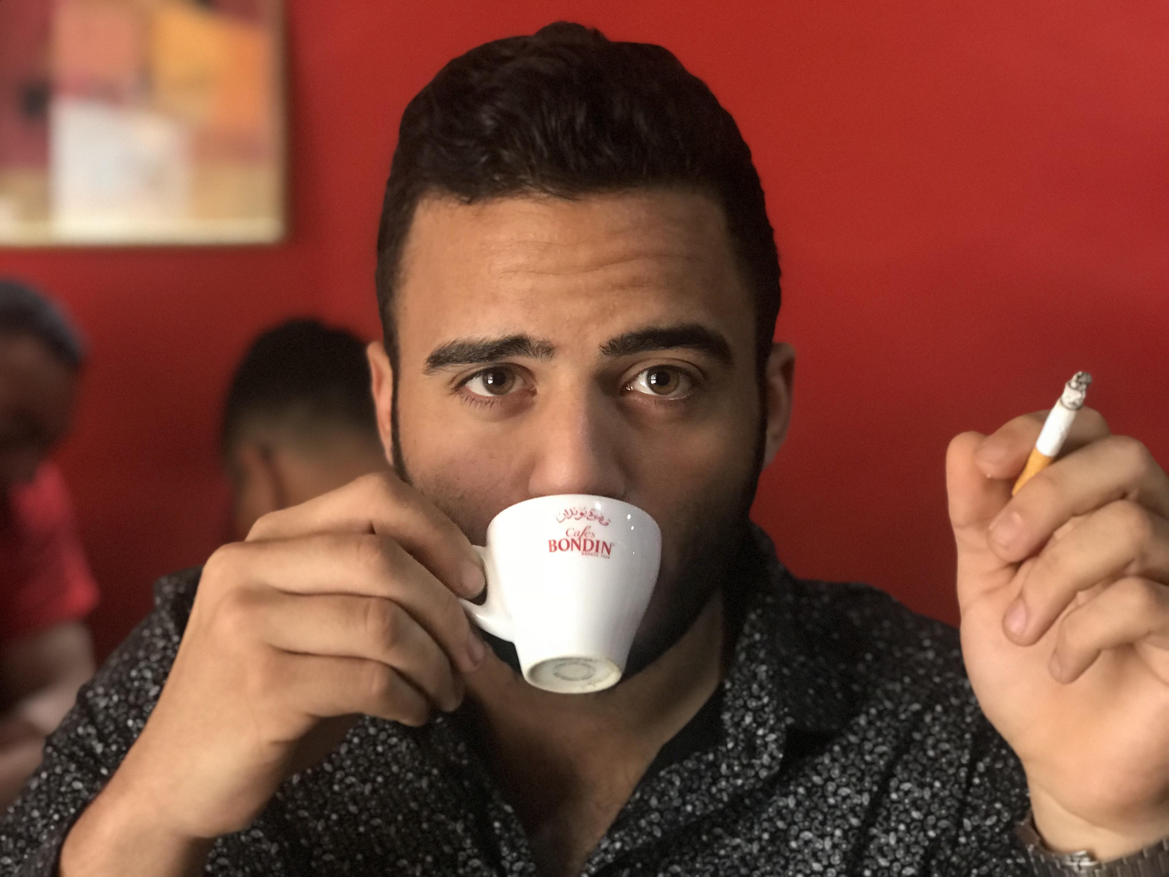 سفيان كسكسي يرتشف قهوة في مقهى يفتح نهار رمضان