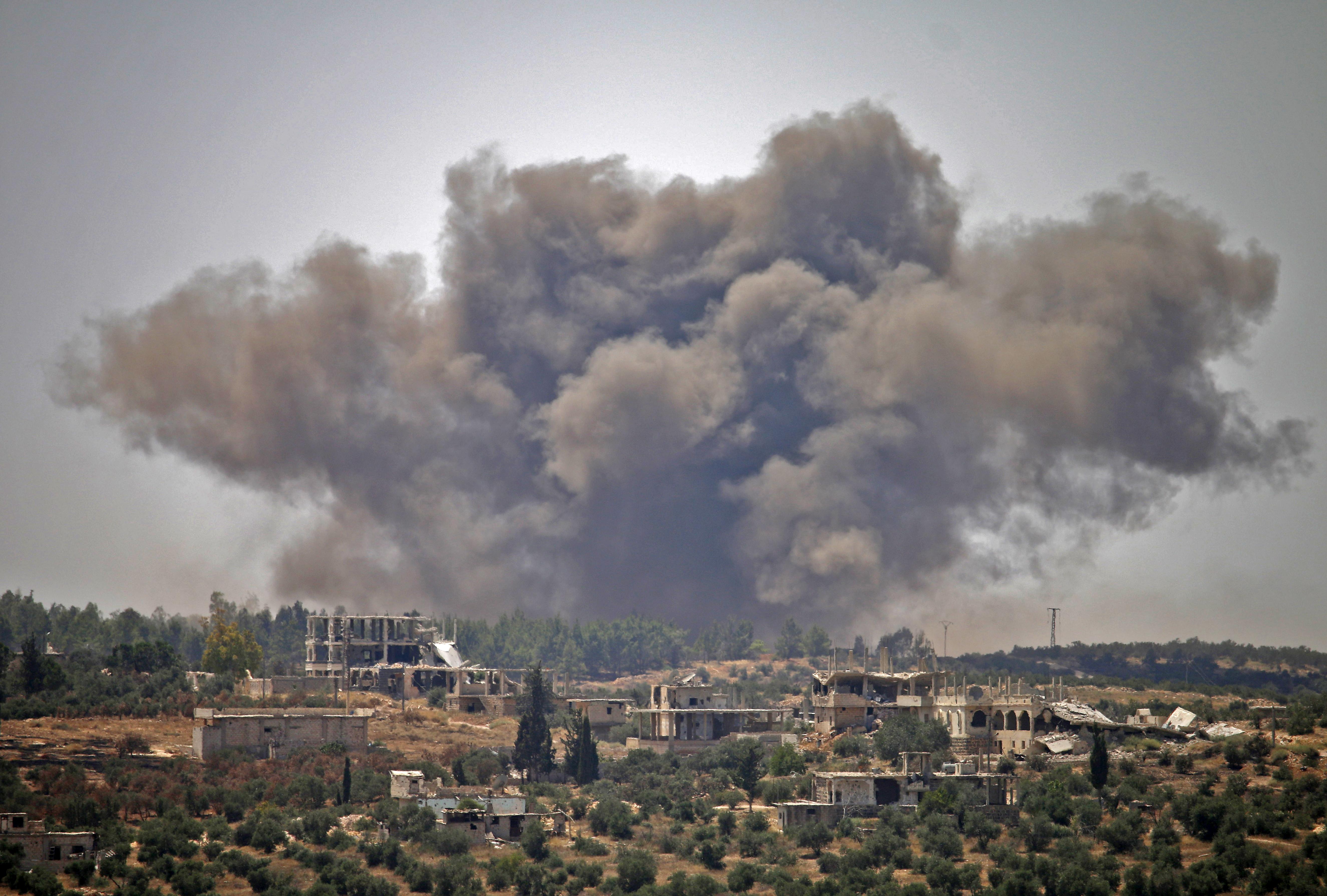 الدخان يتصاعد من منطقة في درعا تعرضت لقصف طائرات النظام السوري