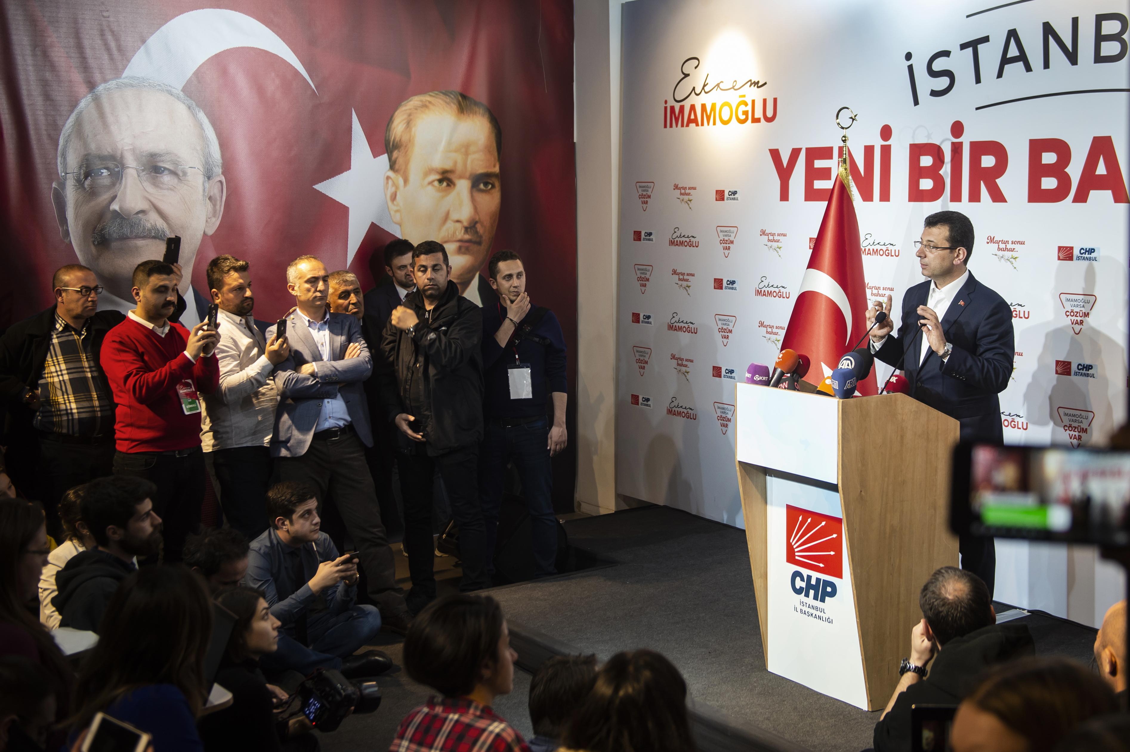 مرشح حزب الشعب الجمهوري في اسطنبول أكرم إمام أوغلو يتحدث لوسائل الإعلام عقب انتهاء عملية الاقتراع