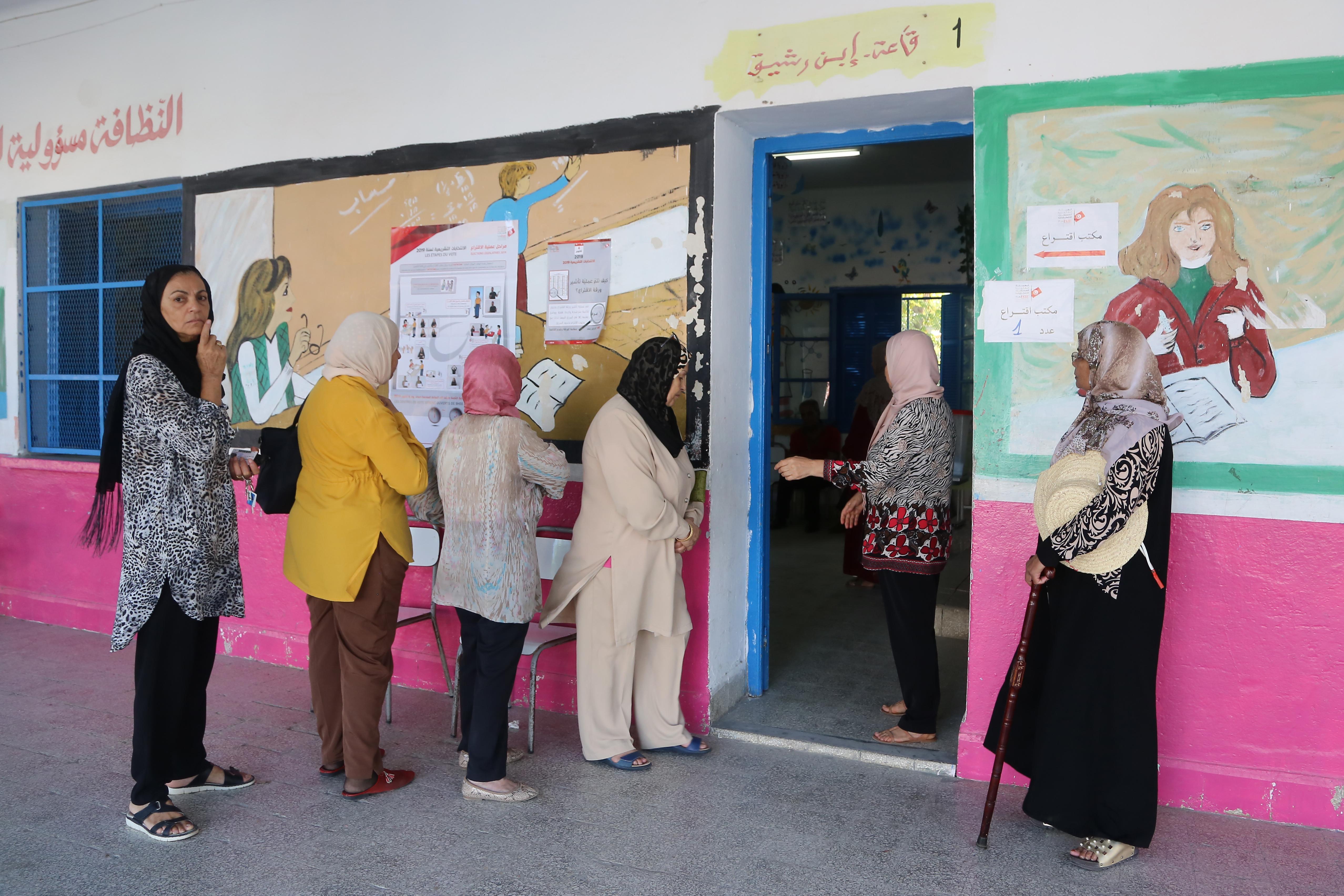 تونسيات ينتظرن دورهن للإدلاء بأصواتهن