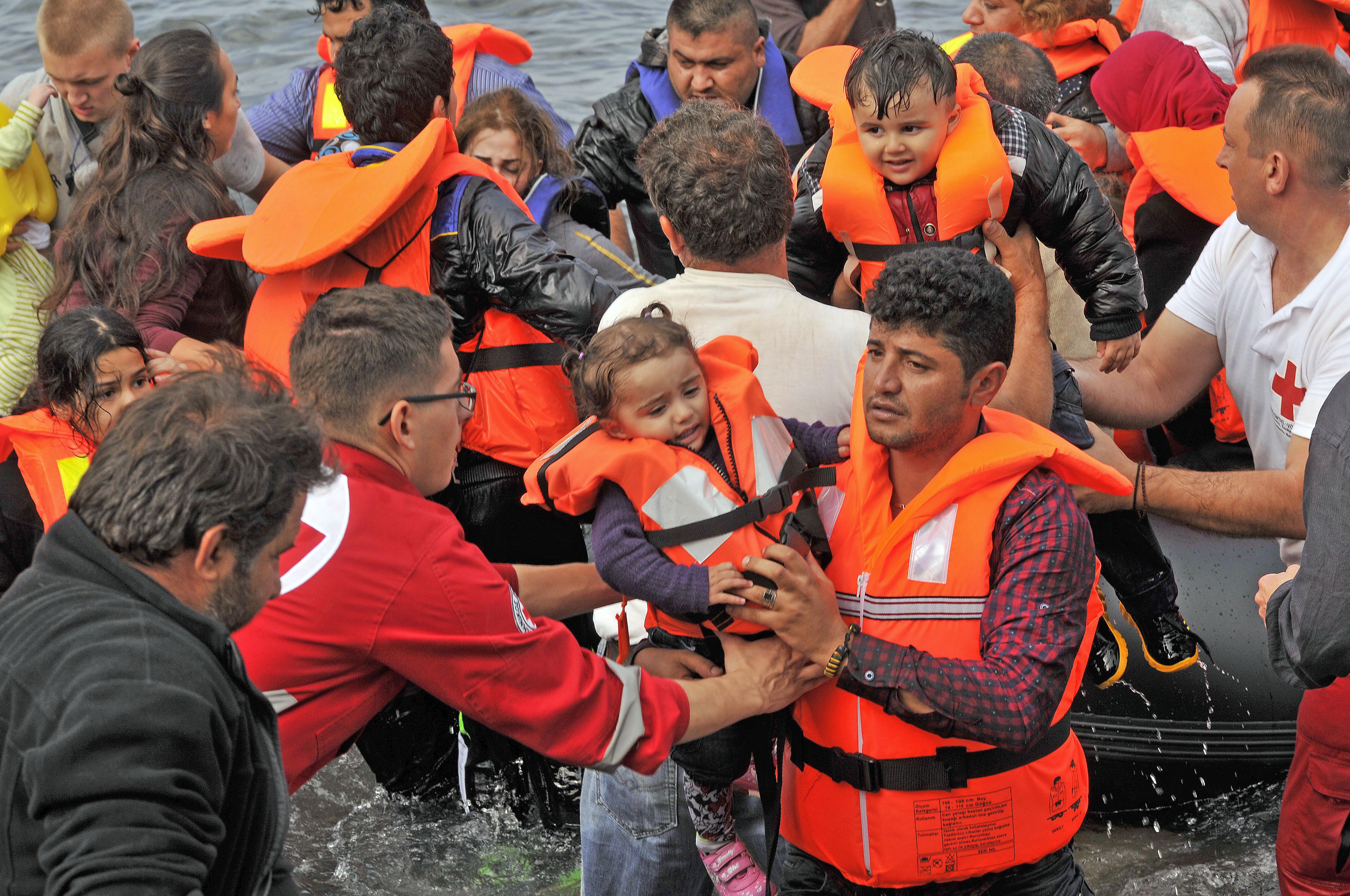 لاجئون سوريون على شاطئ يوناني بعد عبورهم البحر المتوسط