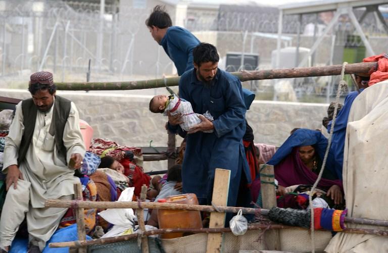 عائلة من اللاجئين الأفغان