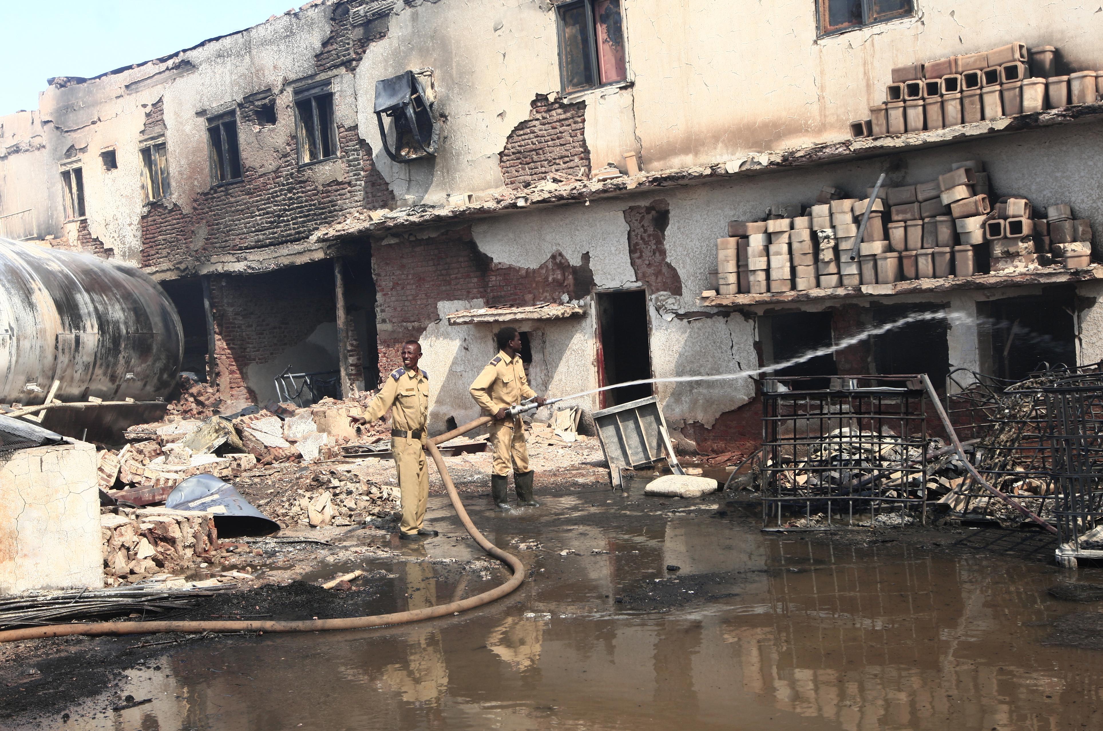 قوات الدفاع المدني تحاول إخماد النيران في مصنع للسيراميك بالمنطقة الصناعية شمال العاصمة السودانية الخرطوم