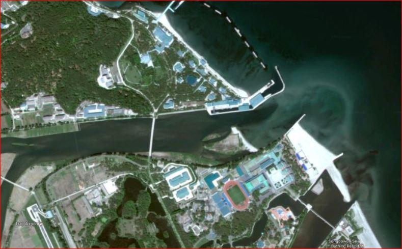 صورة أكبر للجزيرة، يتوسطها جسر، وفي أعلى الصورة من ناحية اليمين تبدو المارينا الخاصة بزعيم كوريا الشمالية