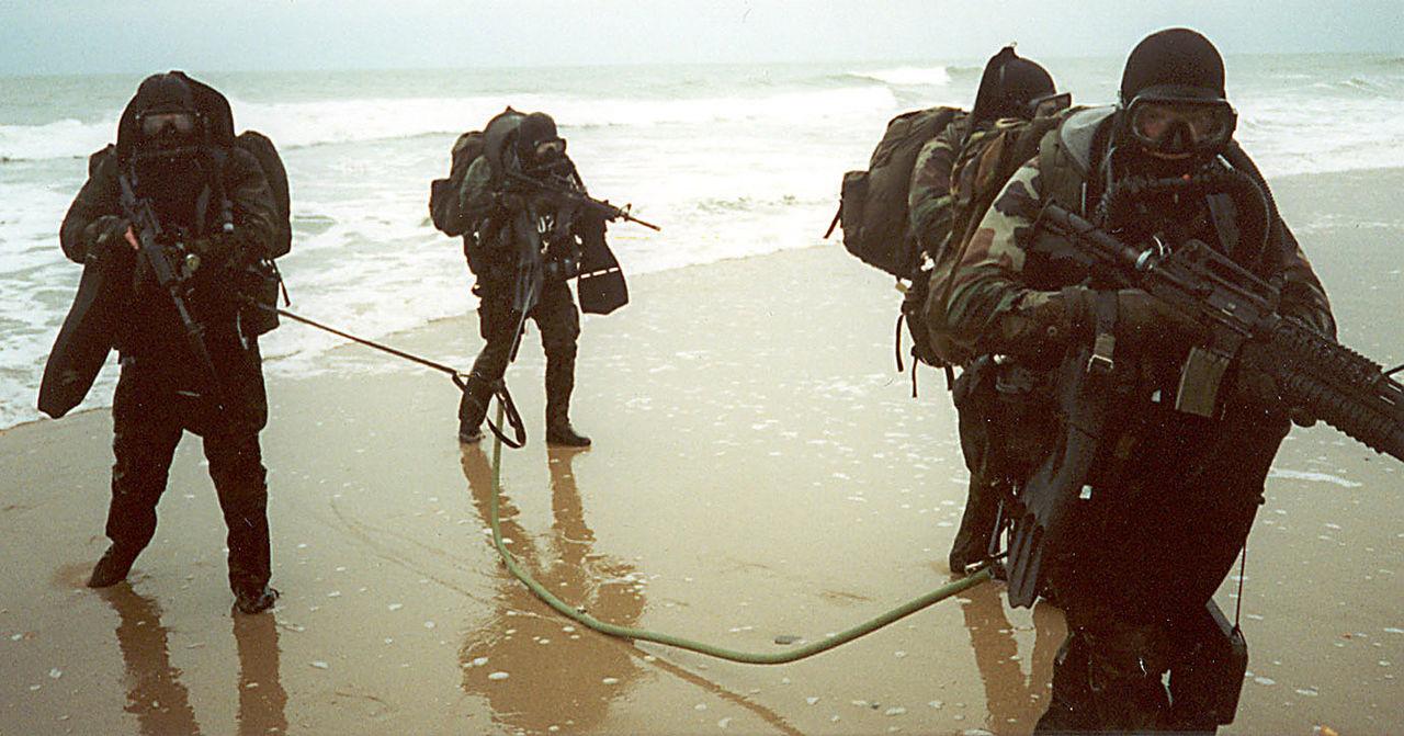 أربعة عناصر من القوة على أحد الشواطئ لجمع معلومات استخباراتية