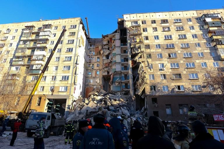 لقطة تظهر انهيار المبنى كليا