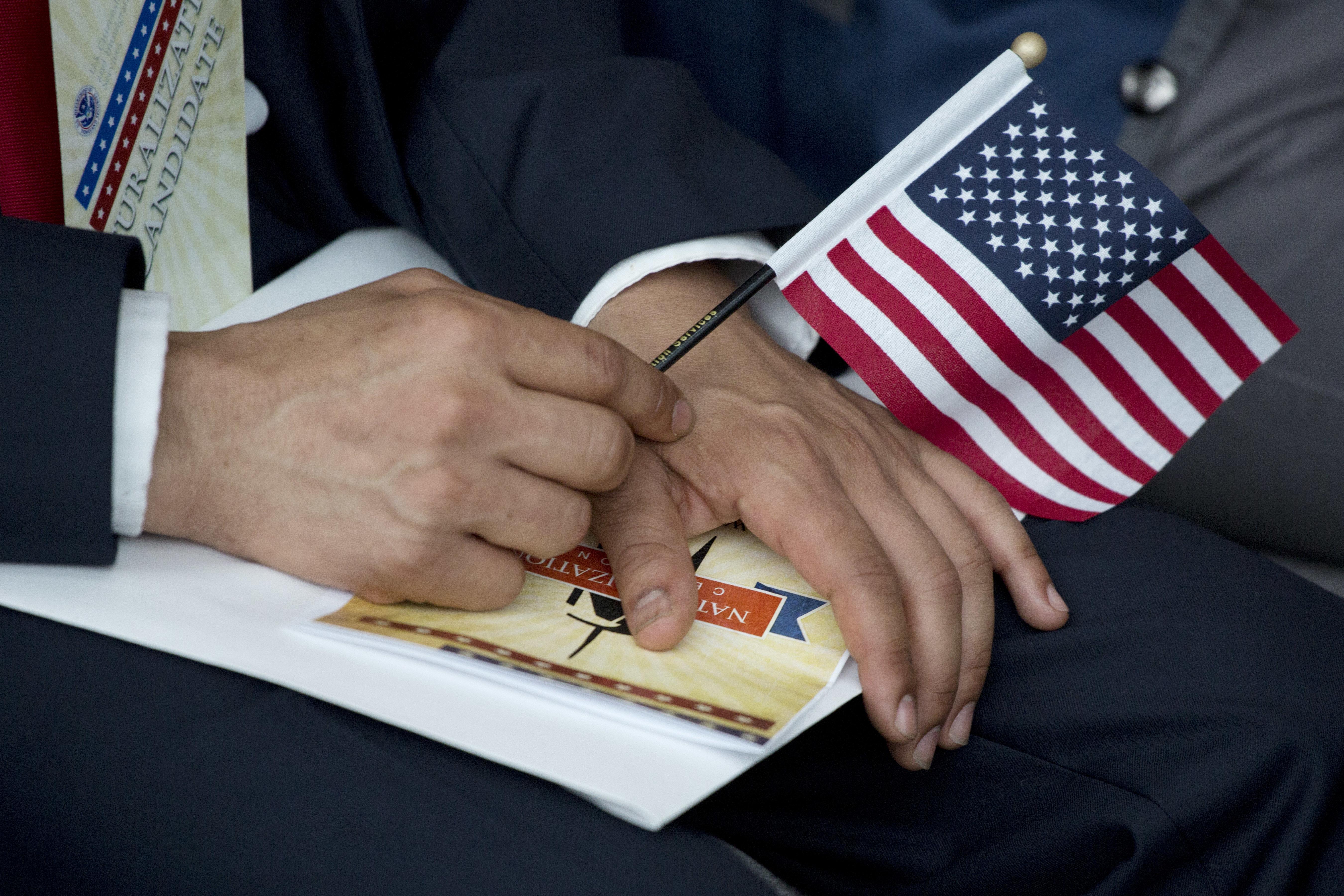 أحد المواطنين الأميركيين الجدد خلال مراسم نظمت في نيويورك