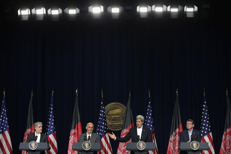 من اليمين إلى اليسار: وزير الدفاع كارتر، وزير الخارجية كيري، الرئيس الأفغاني غني، وزير الخارجية الأفغاني عبد الله