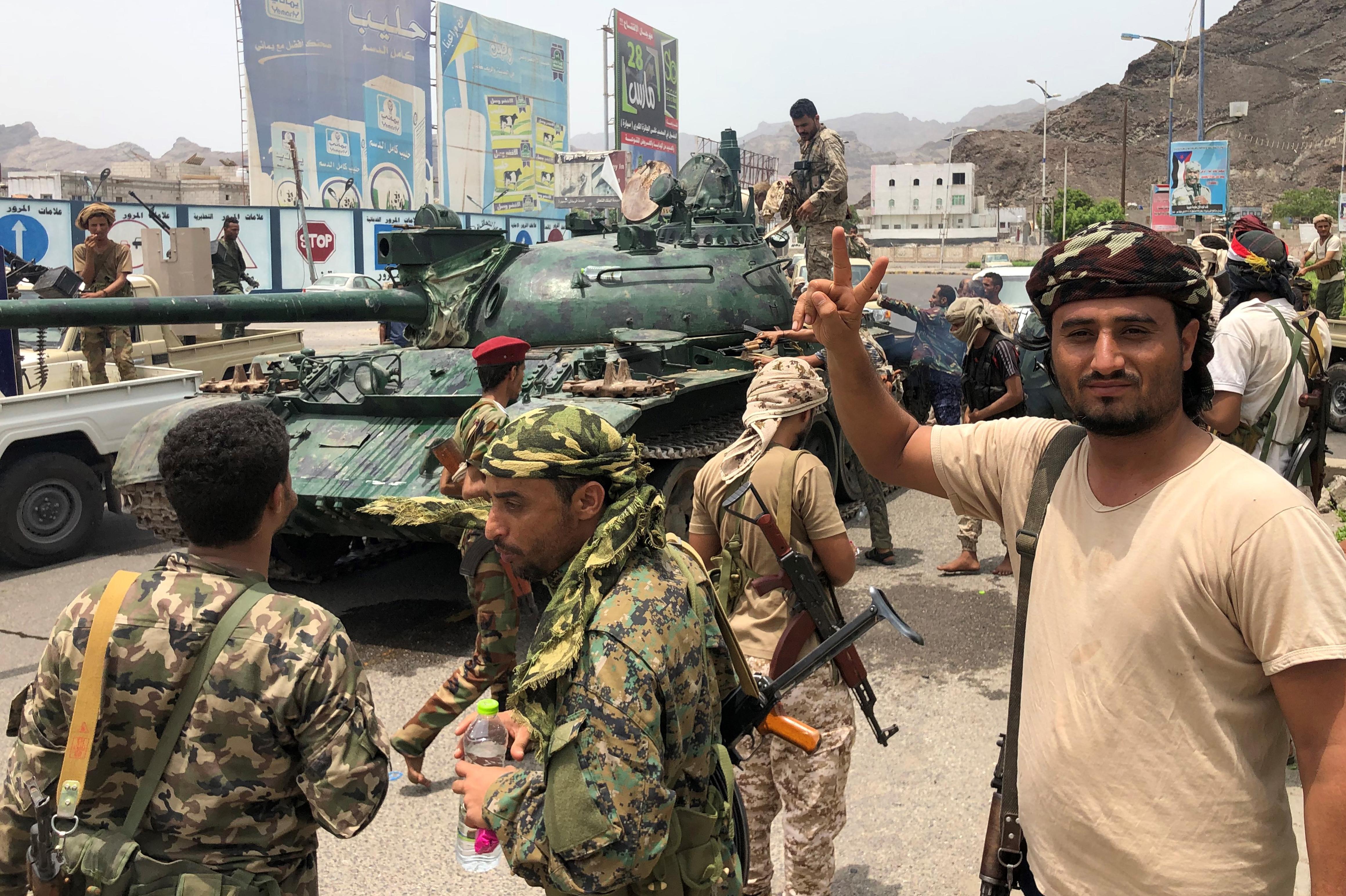 مؤيدون للانفصاليين جنوب اليمن في صورة بجانب دبابة في عدن بتاريخ 10 أغسطس 2019