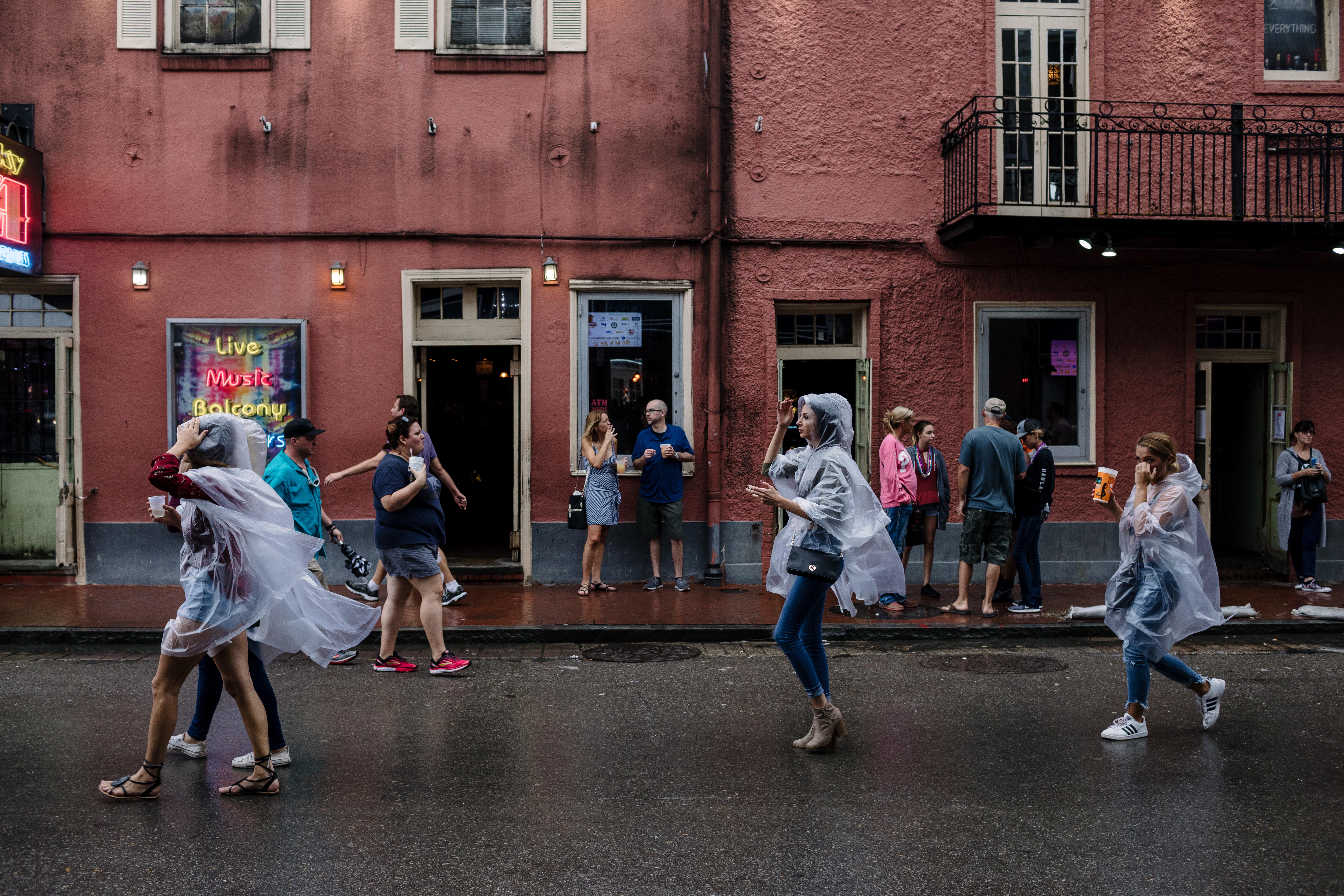 سكان نيو أورليانز بولاية لويزيانا خلال العاصفة