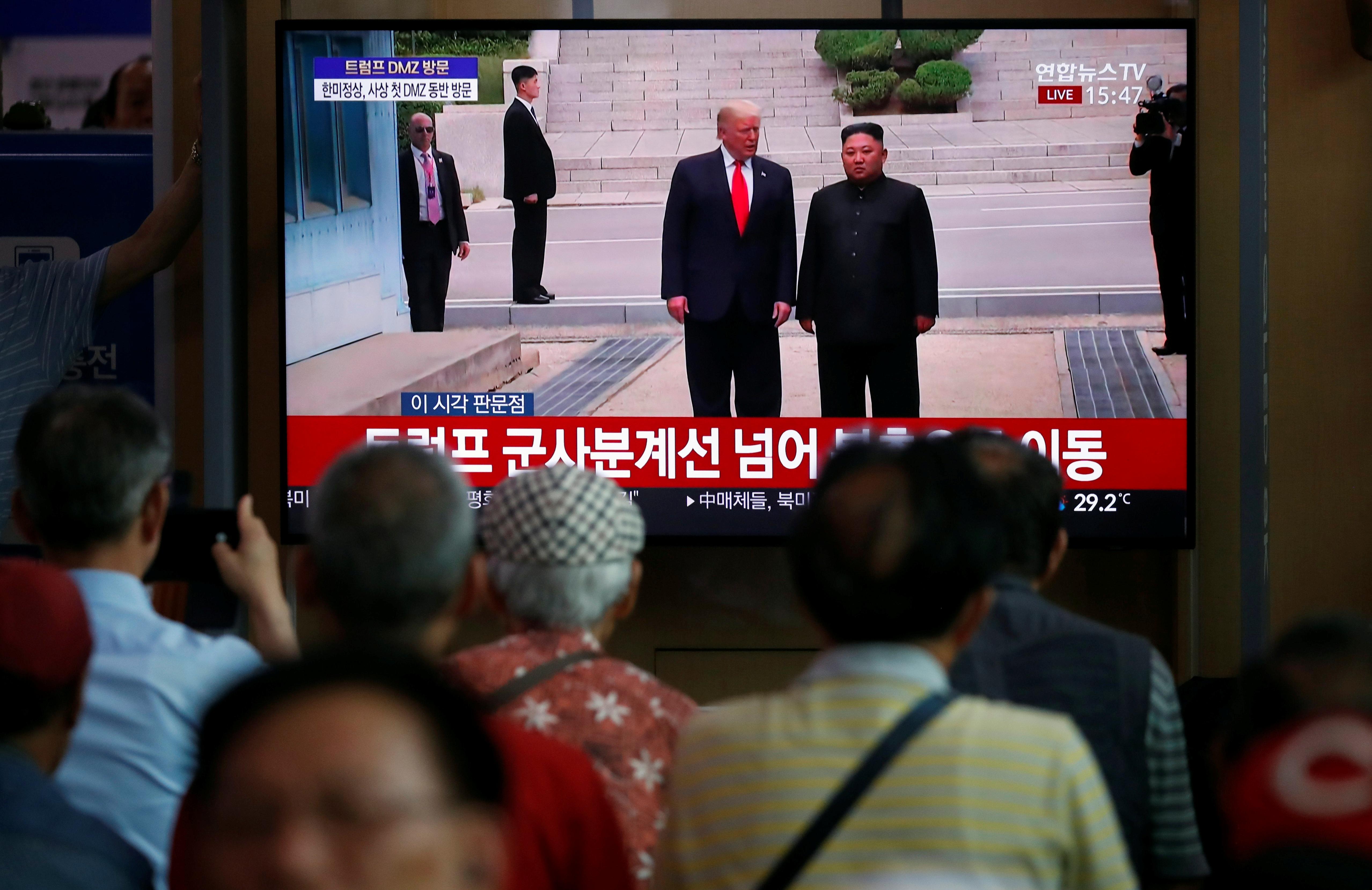 كوريون شماليون يتابعون لقاء ترامب وكيم في المنطقة العازلة