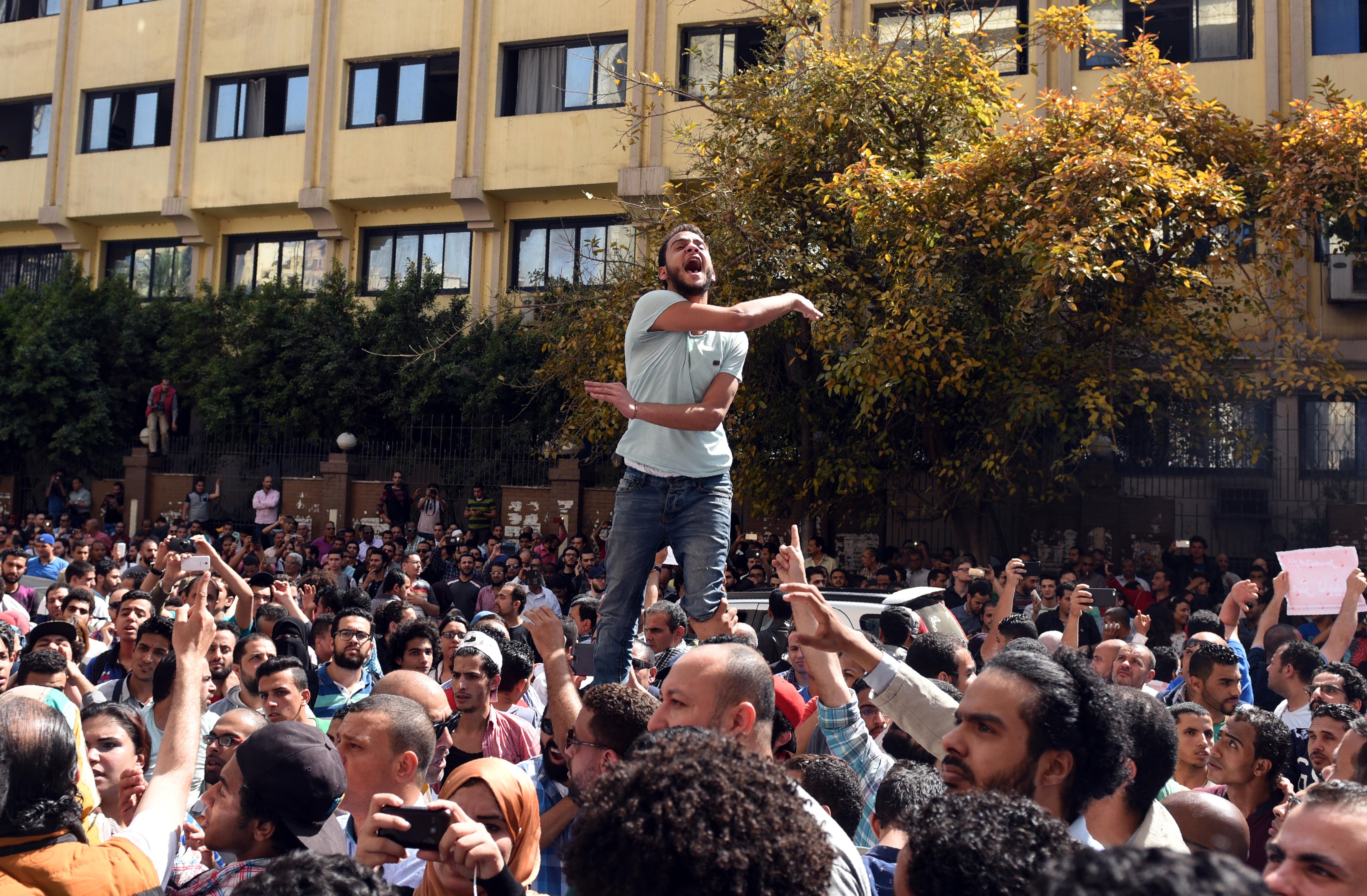 جانب من الاحتجاجات وسط القاهرة على توقيع اتفاقية ترسيم الحدود البحرية مع السعودية في نيسان/أبريل