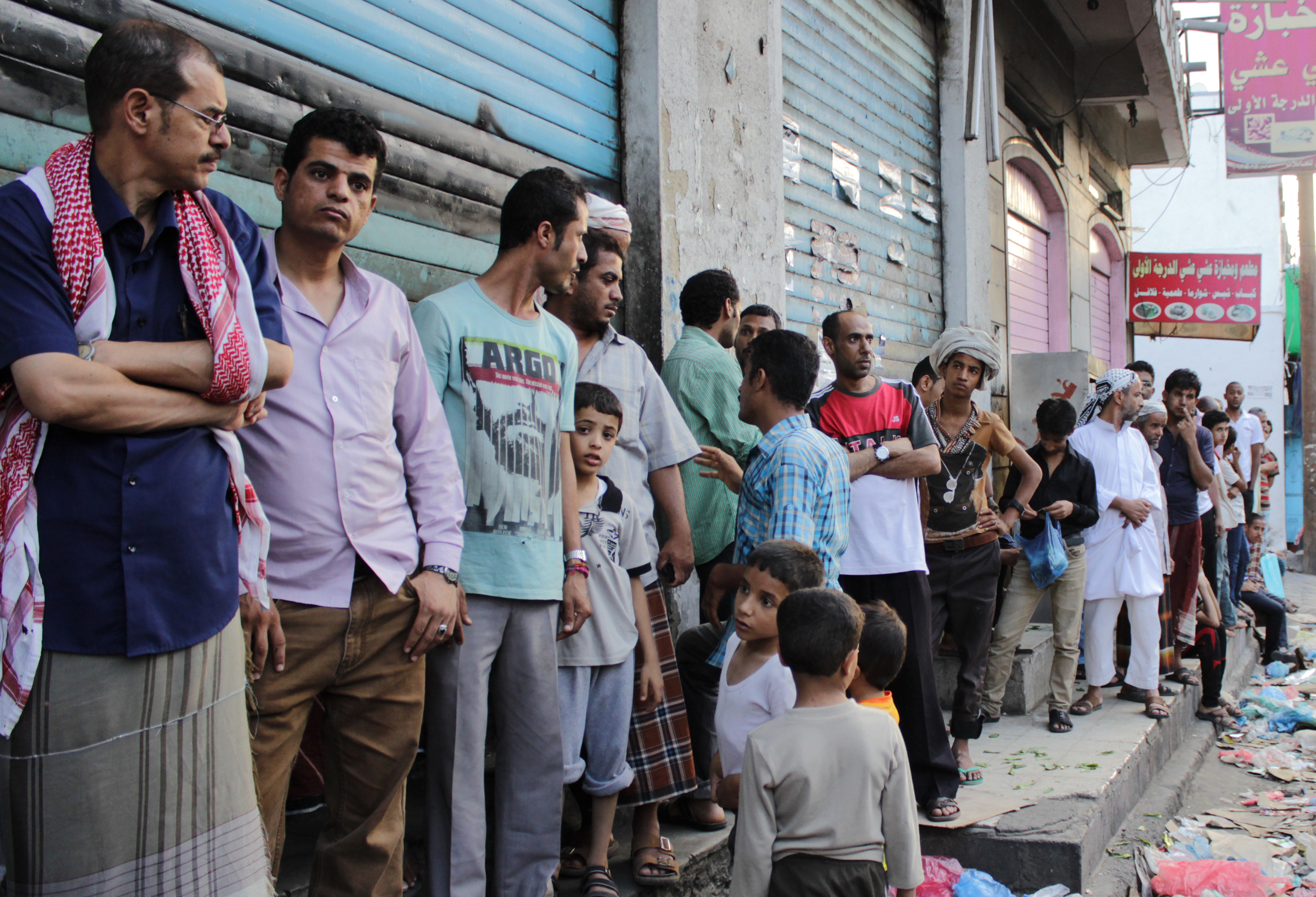 يمنيون يقفون في طابور الحصول على المساعدات الإنسانية