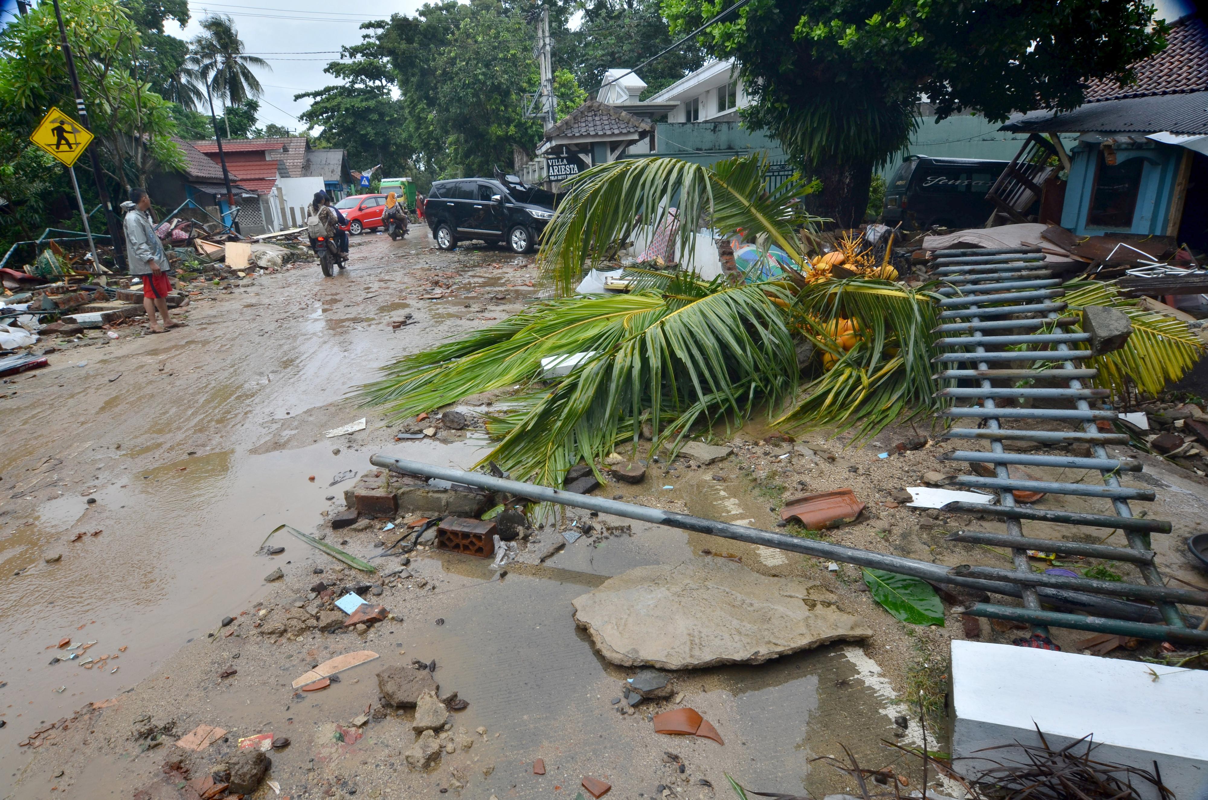 آثار الدمار التي خلفها تسونامي إندونيسيا