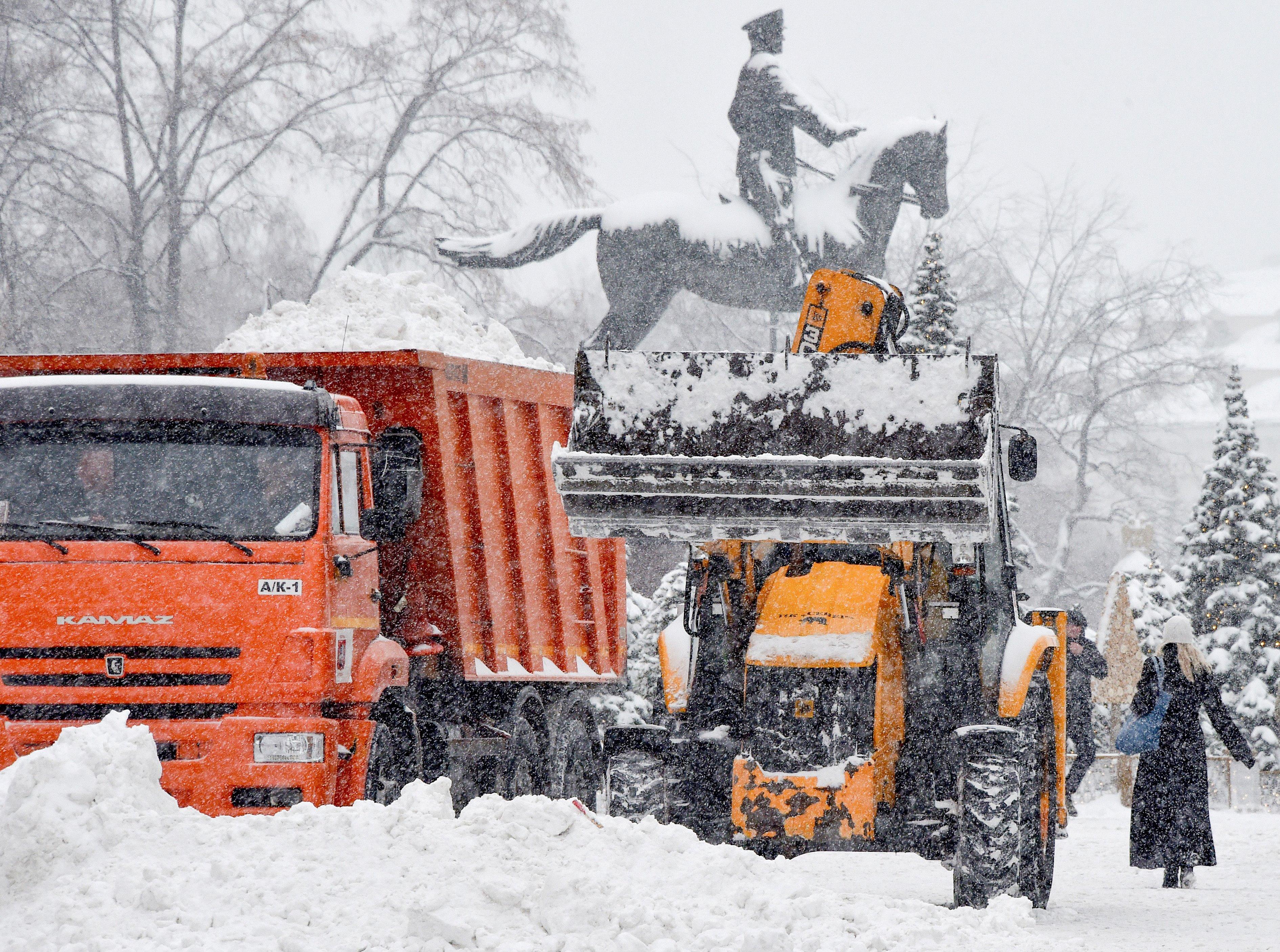 مركبات تزيل الثلج في أحد شوارع موسكو