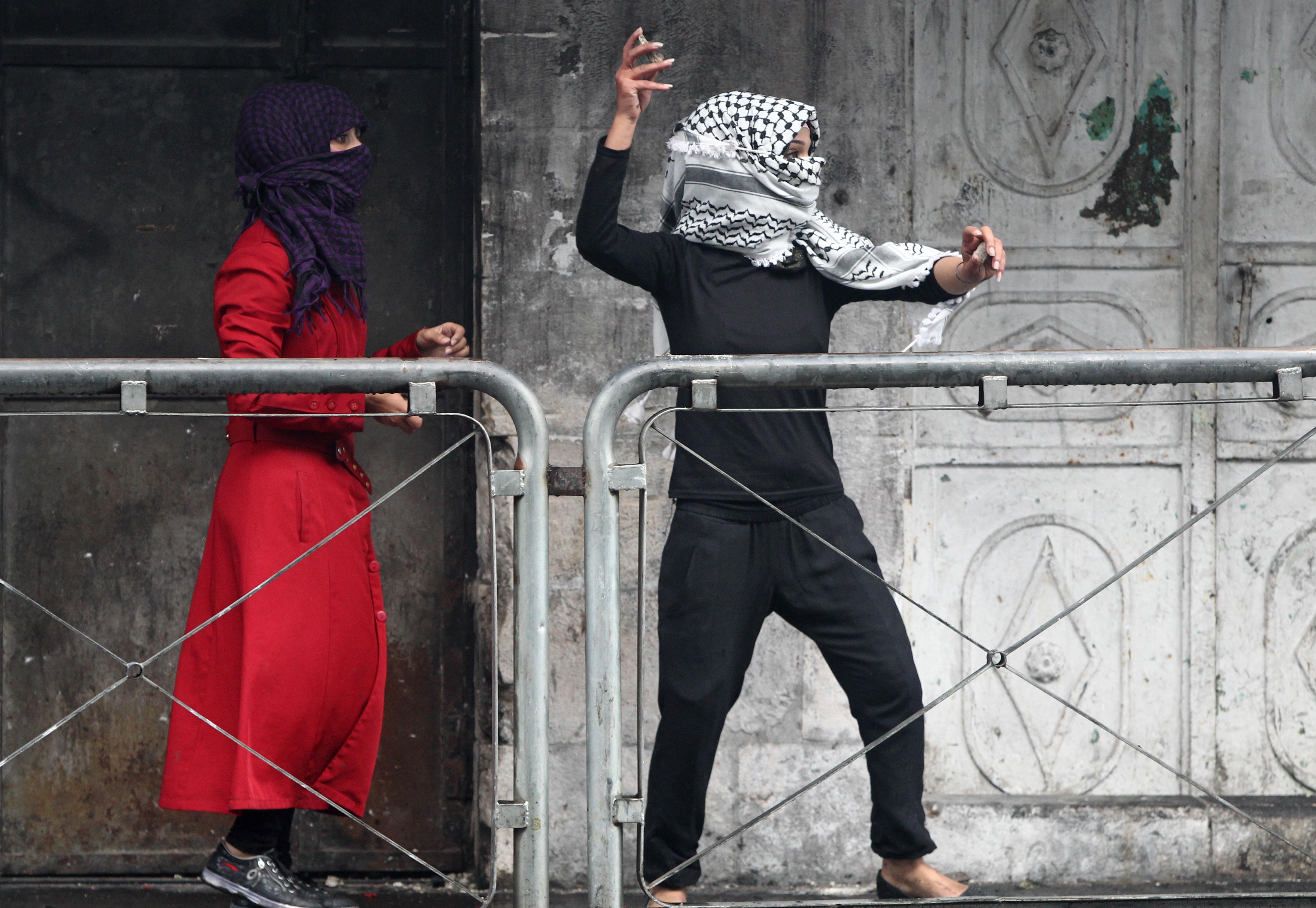فلسطينيتان خلال مواجهات بين فلسطينيين والجيش الإسرائيلي في الخليل