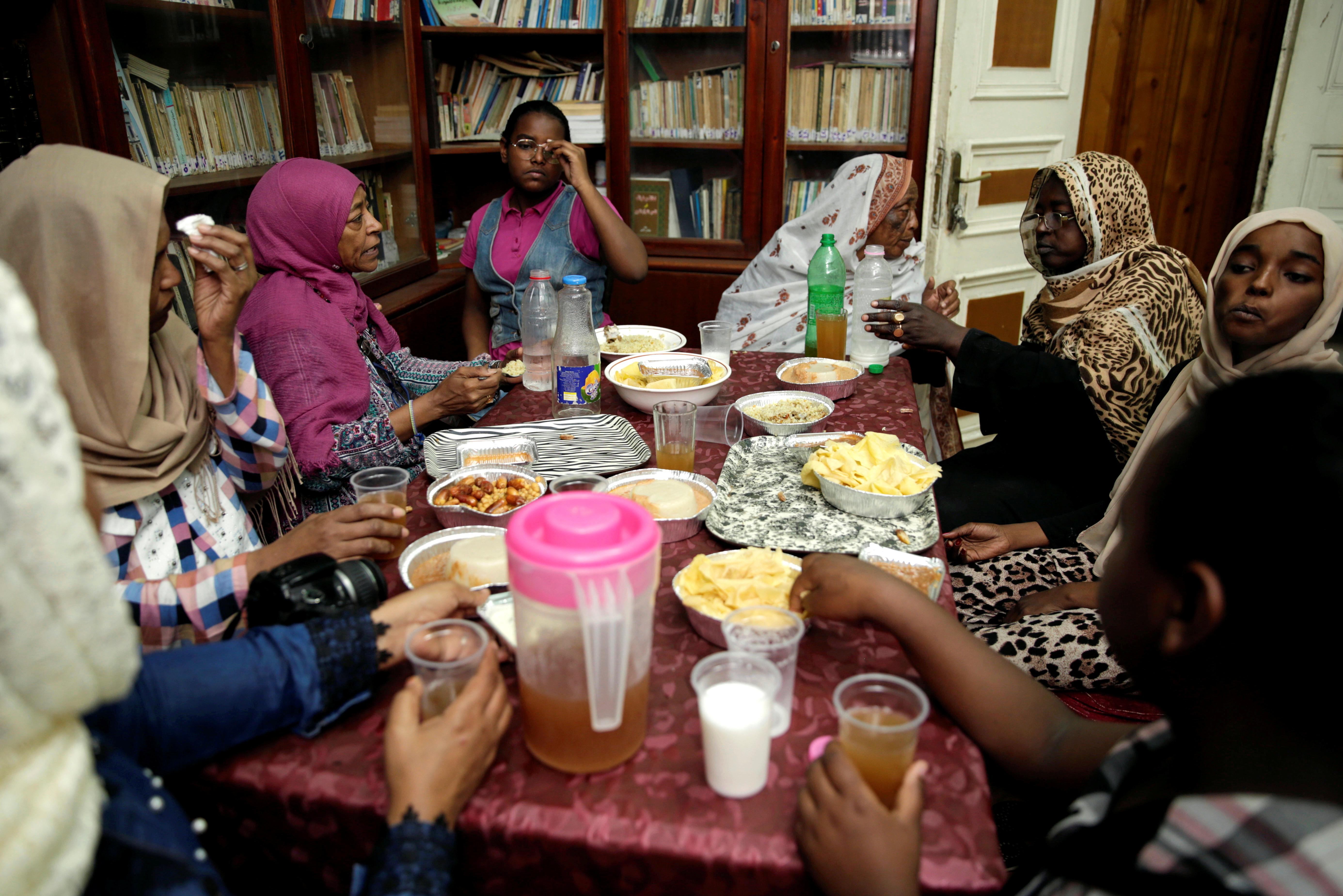 سودانيات يتناولن وجبة الإفطار في أواخر أيام رمضان